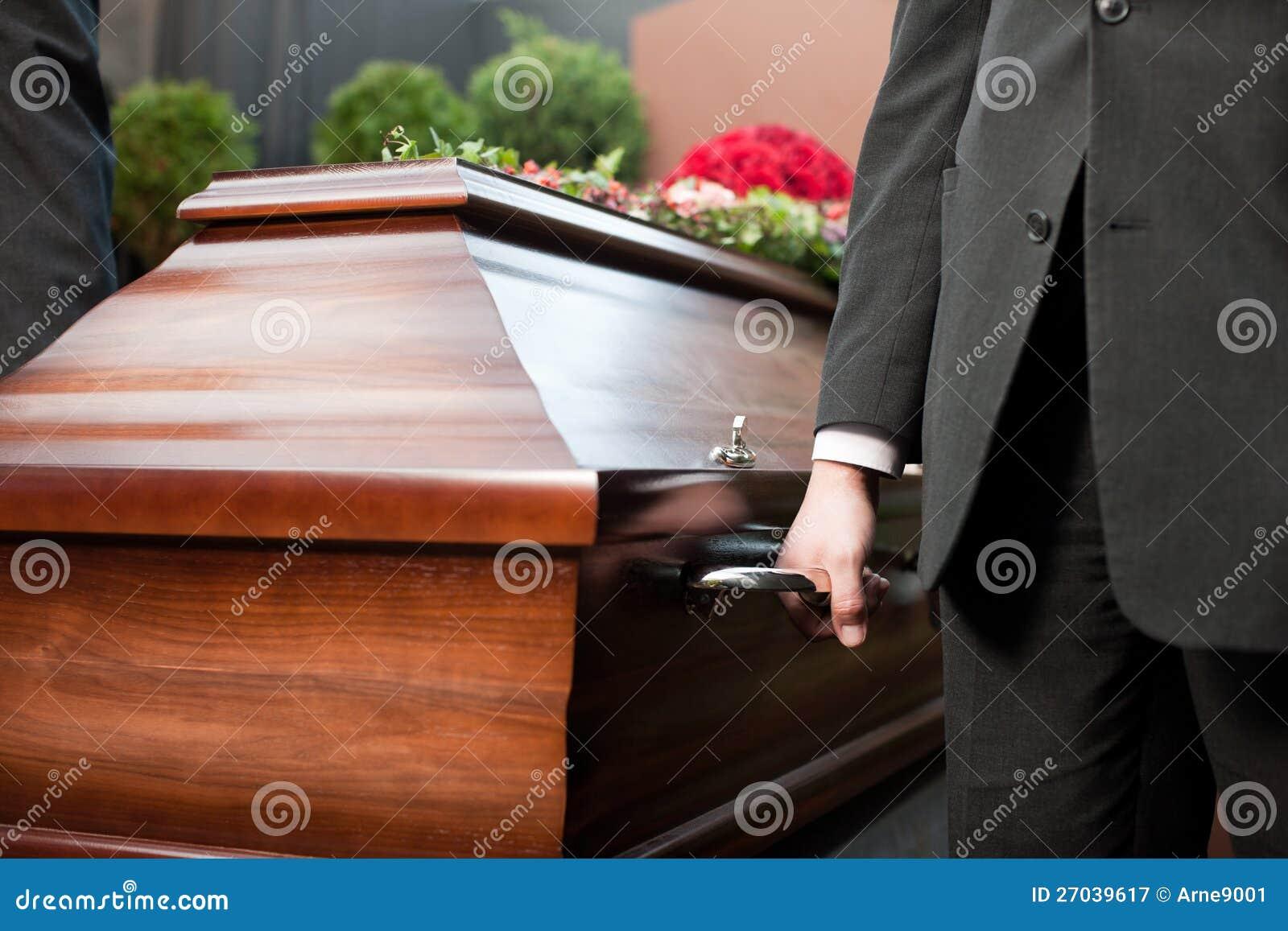Ataúd que lleva del portador del ataúd en el entierro