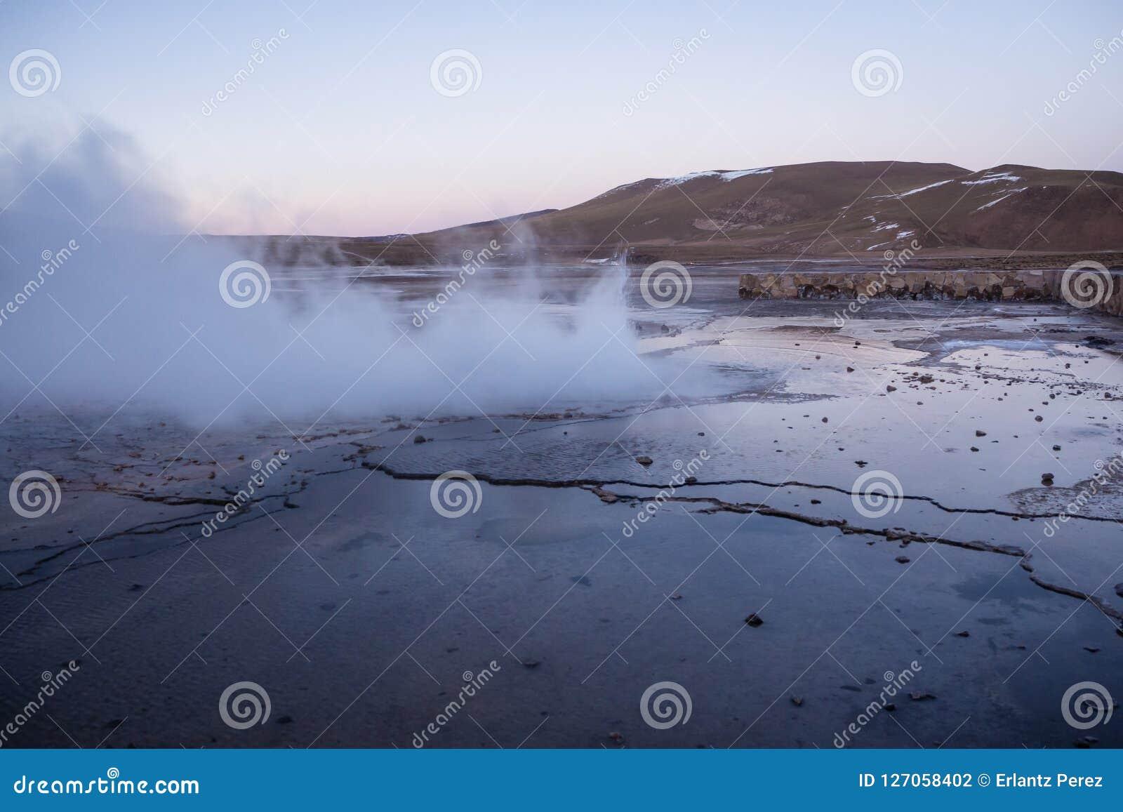 Atacama gejzery Del Tatio emituje kontrparę w wczesnym poranku