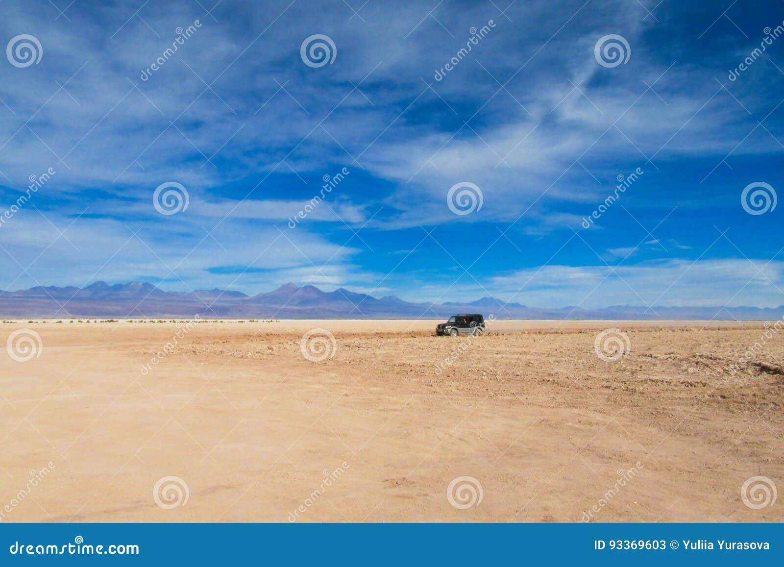 Atacama pustyni suchy krajobraz i dżip wycieczka turysyczna