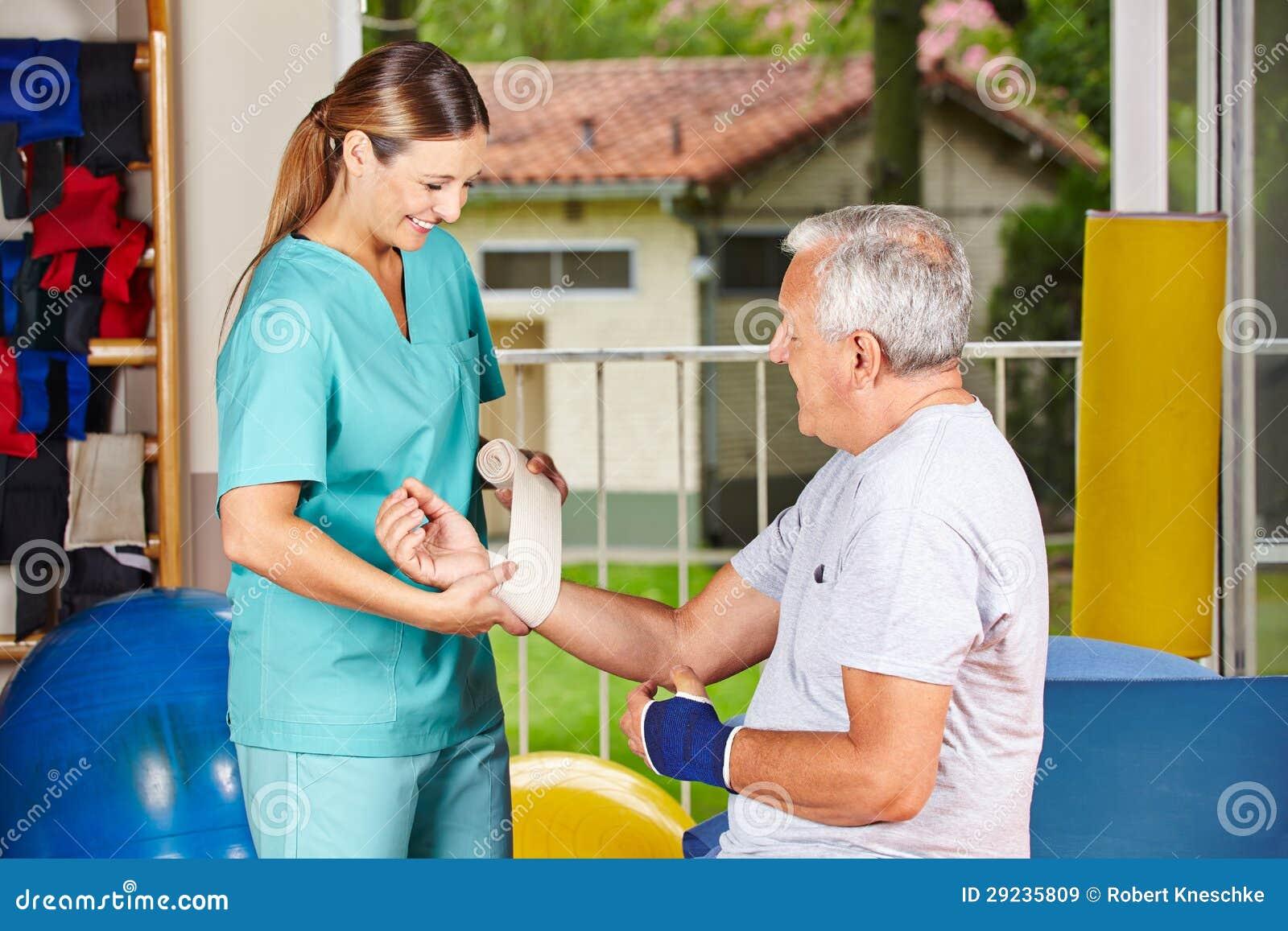Download Atadura Em Mudança Da Enfermeira Em Imagem de Stock - Imagem de braço, curso: 29235809