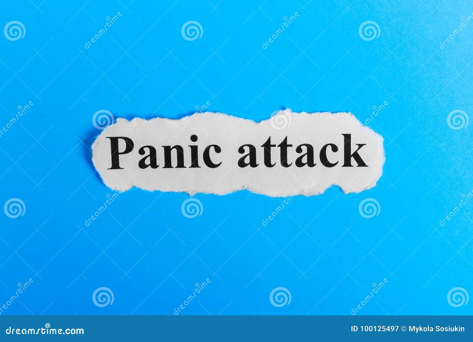 Ataka Paniki tekst na papierze Słowo atak paniki na kawałku papieru com pojęcia figurki wizerunku odpoczynku dobra trwanie tekst