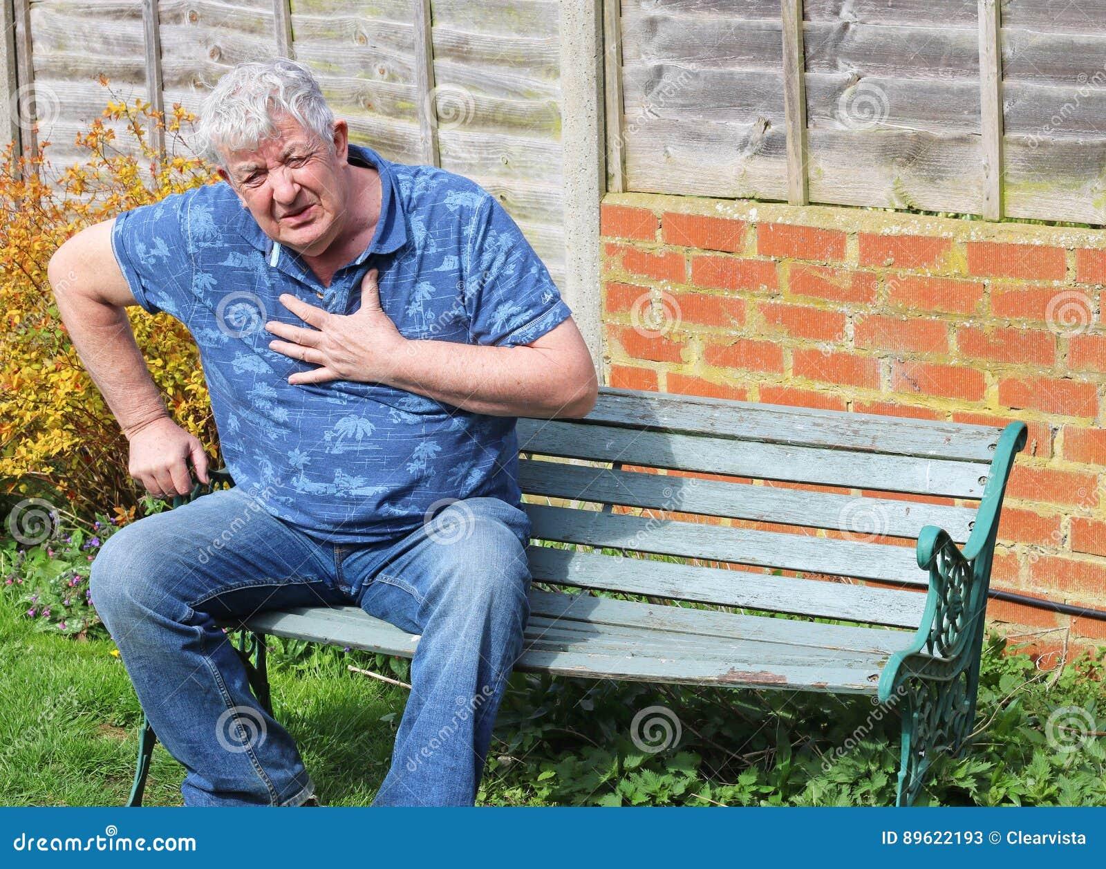 Ataque del corazón al hombre mayor, dificultad que respira