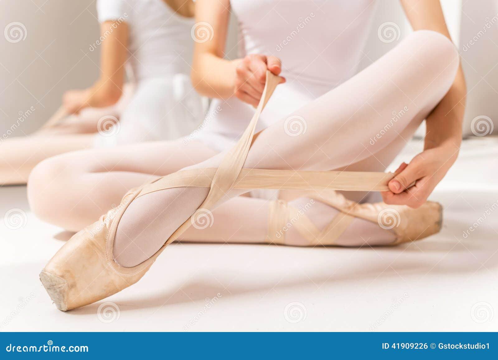Atar los deslizadores del ballet