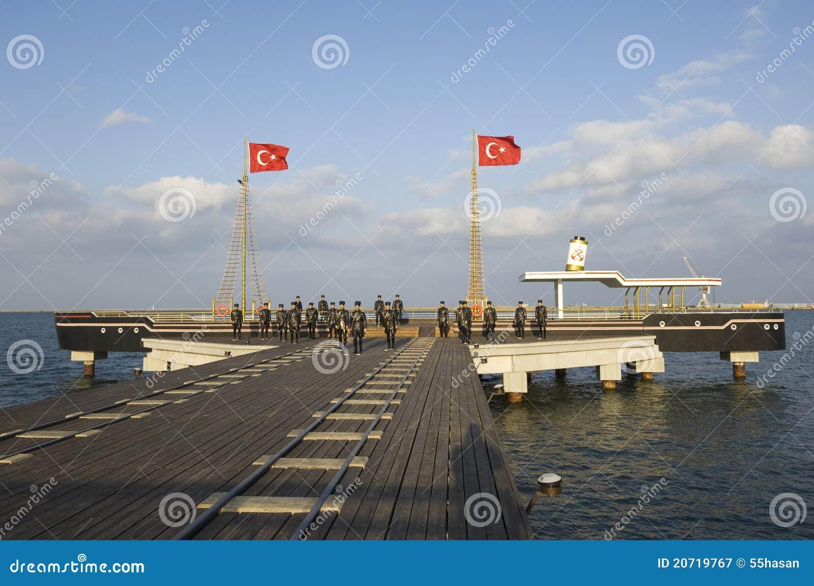 Ataturk e la sua scultura degli amici. La Samsun-Turchia