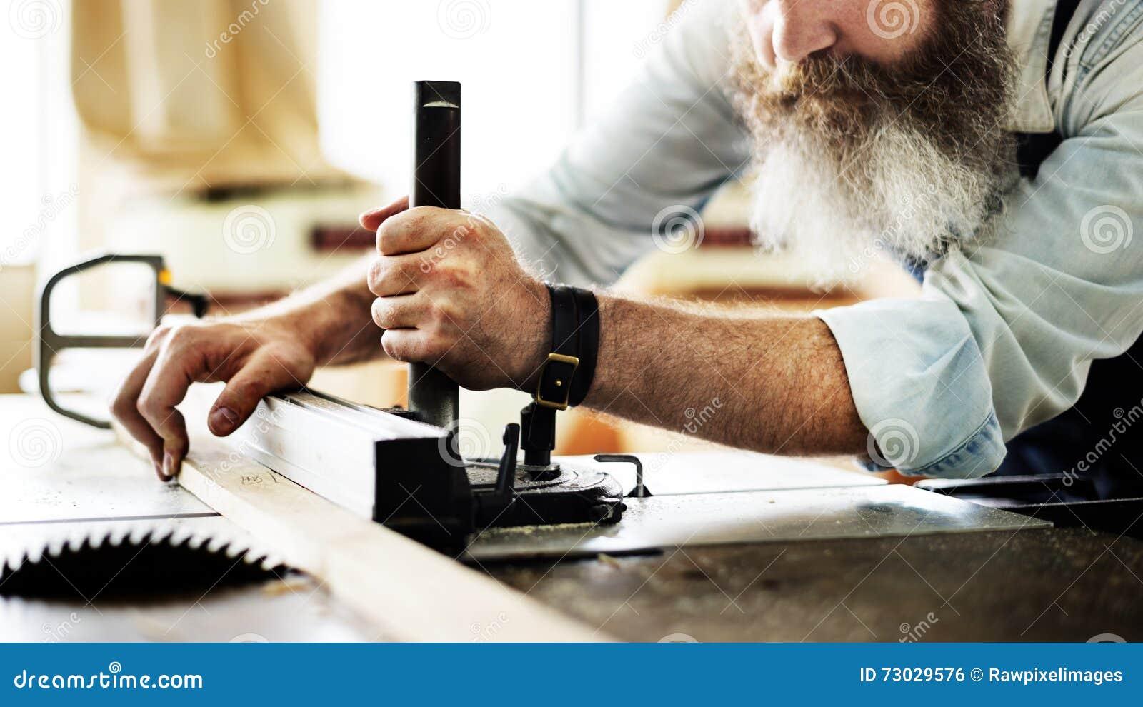 Atelier en bois de Craftsmanship Carpentry Handicraft de charpentier concentré