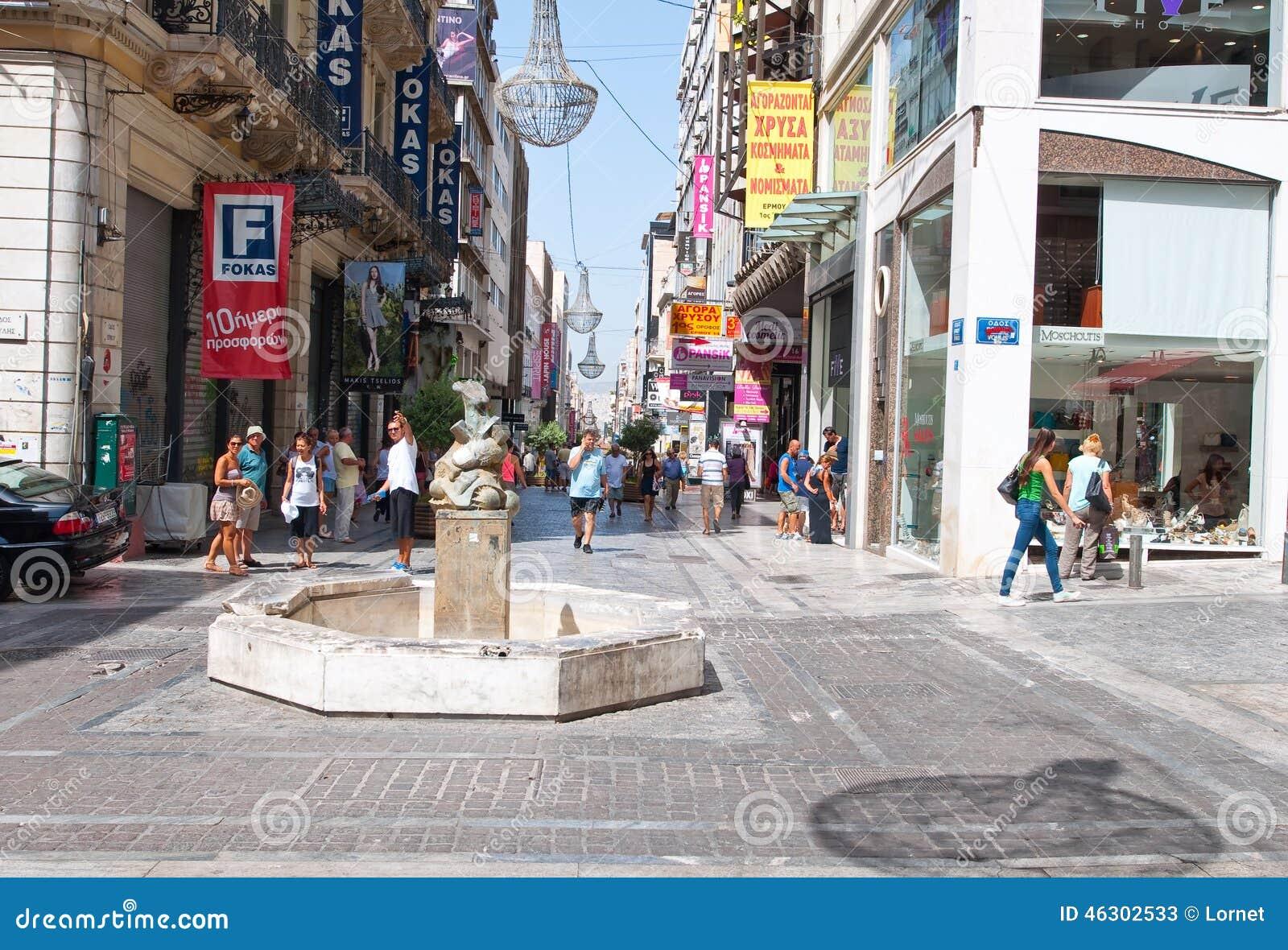 ATENAS 22 DE AGOSTO: Comprando na rua de Ermou com a multidão de clientes o 22 de agosto de 2014 em Atenas, Grécia