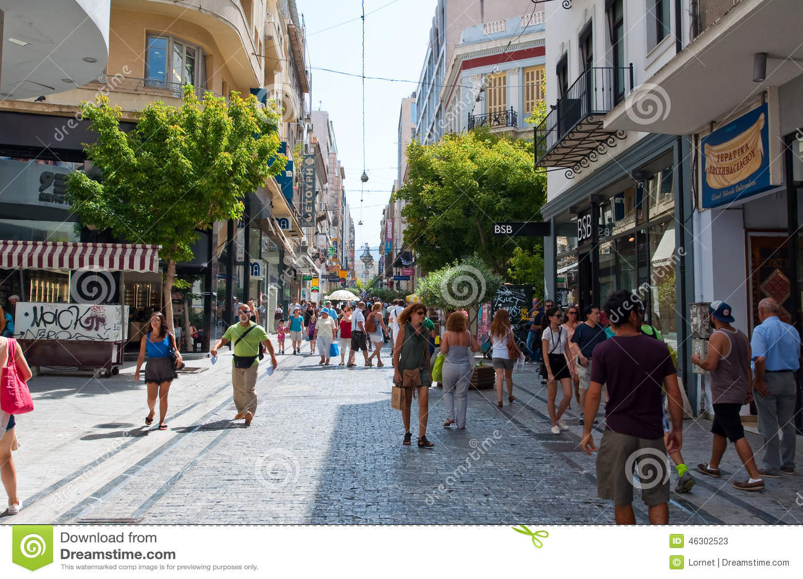 ATENAS 22 DE AGOSTO: Comprando na rua de Ermou na manhã o 22 de agosto de 2014 em Atenas, Grécia