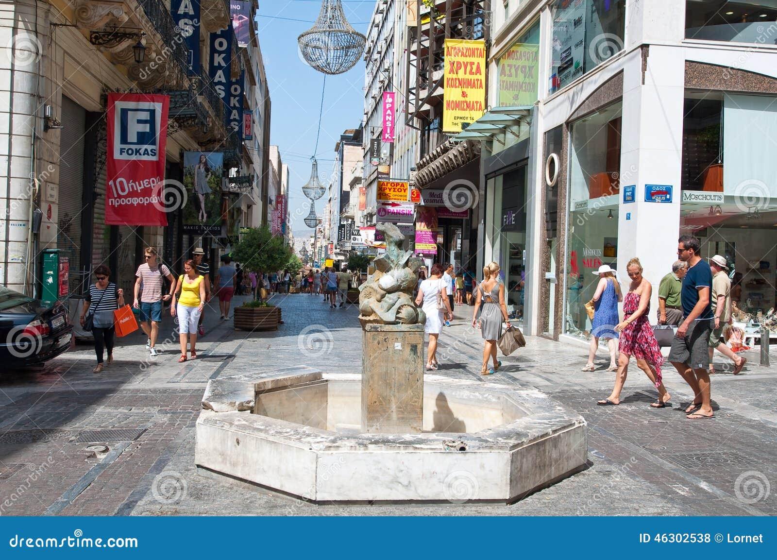 ATENAS 22 DE AGOSTO: Haciendo compras en la calle de Ermou con la muchedumbre de gente el 22 de agosto de 2014 en Atenas, Grecia