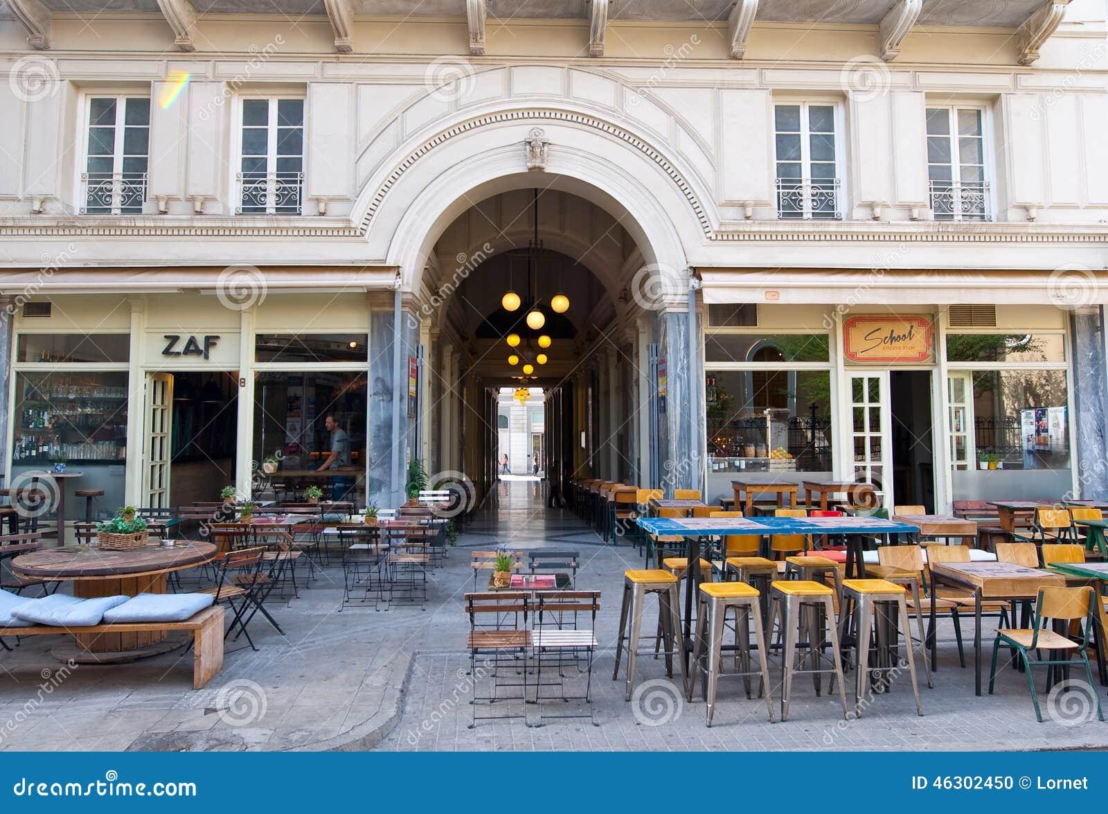ATENAS 22 DE AGOSTO: Interior de un restaurante local a una distancia corta a la acrópolis en Plaka en agosto 22,2014 en Atenas