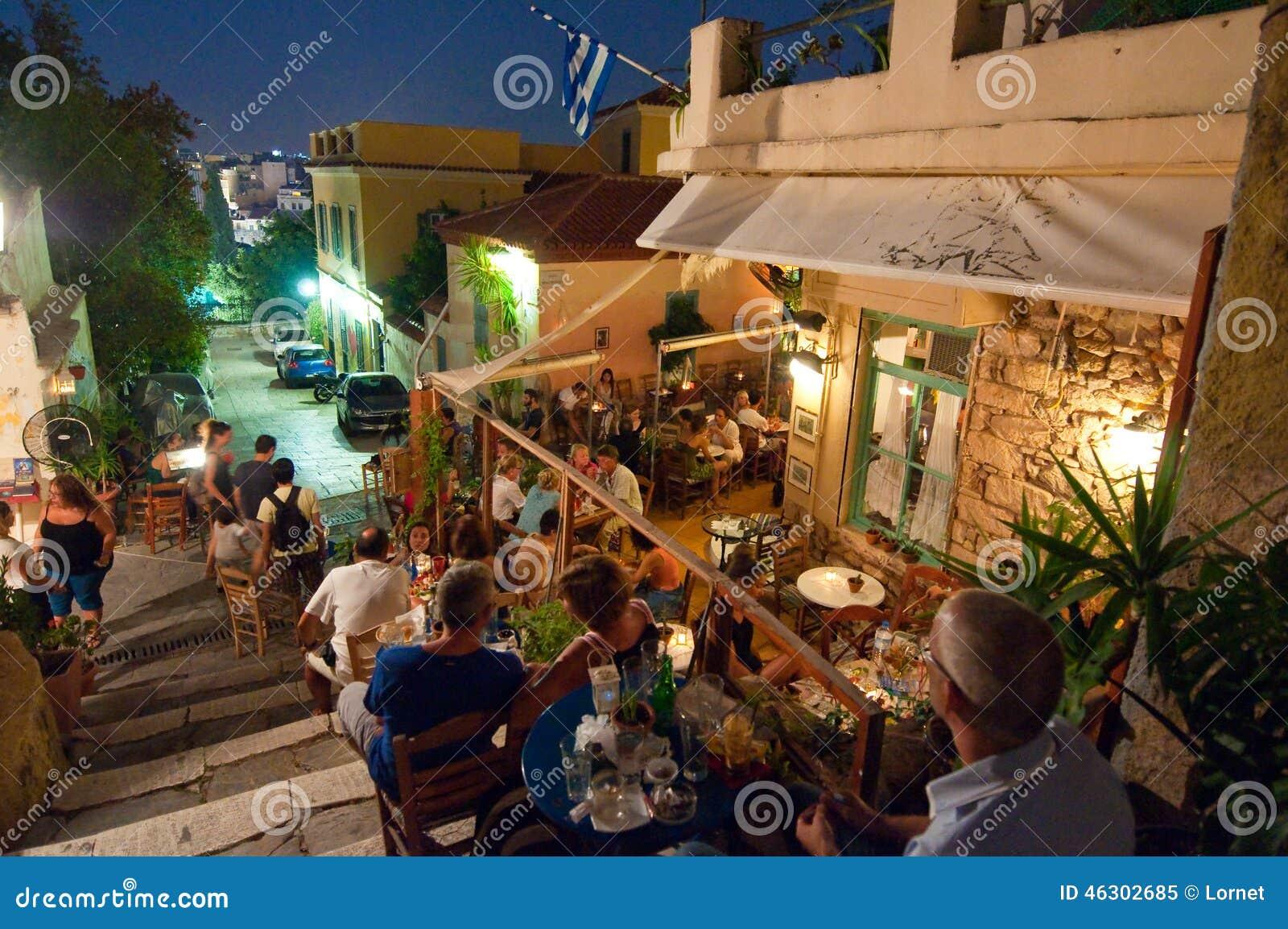 ATENAS 22 DE AGOSTO: Rua com as vários restaurantes e barras na área de Plaka, o 22 de agosto de 2014 em Atenas