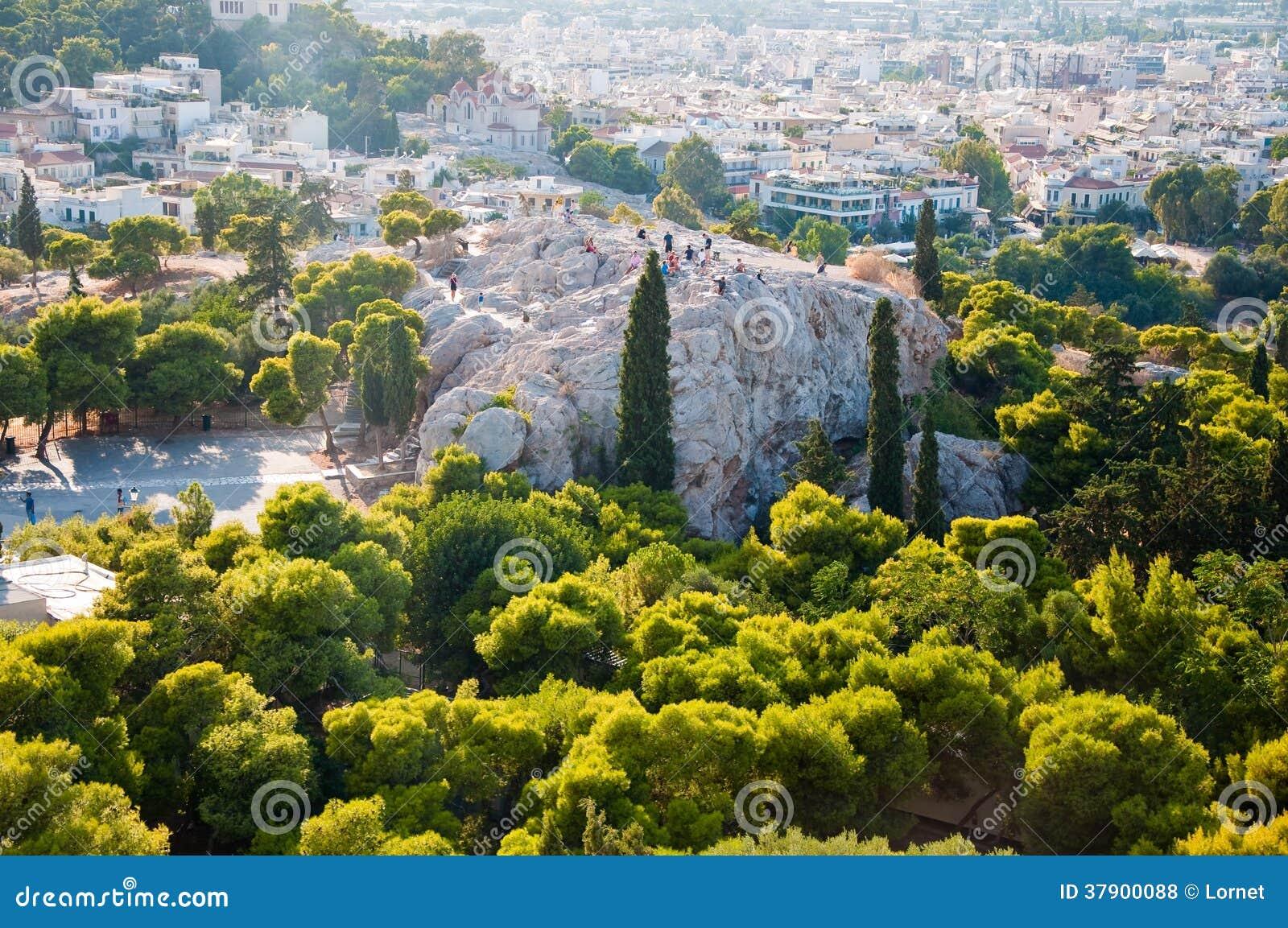 ATENAS 22 DE AGOSTO: Turistas en la colina de Areopagus el 22 de agosto de 2014 en Atenas, Grecia