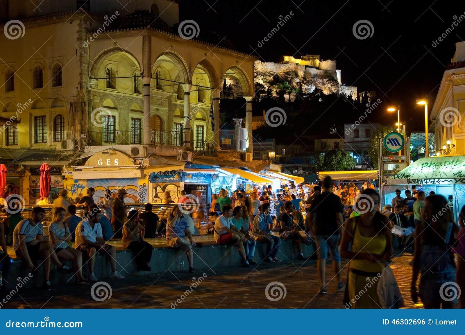 ATENAS 22 DE AGOSTO: Vida nocturna en el cuadrado de Monastiraki el 22 de agosto de 2014 en Atenas, Grecia