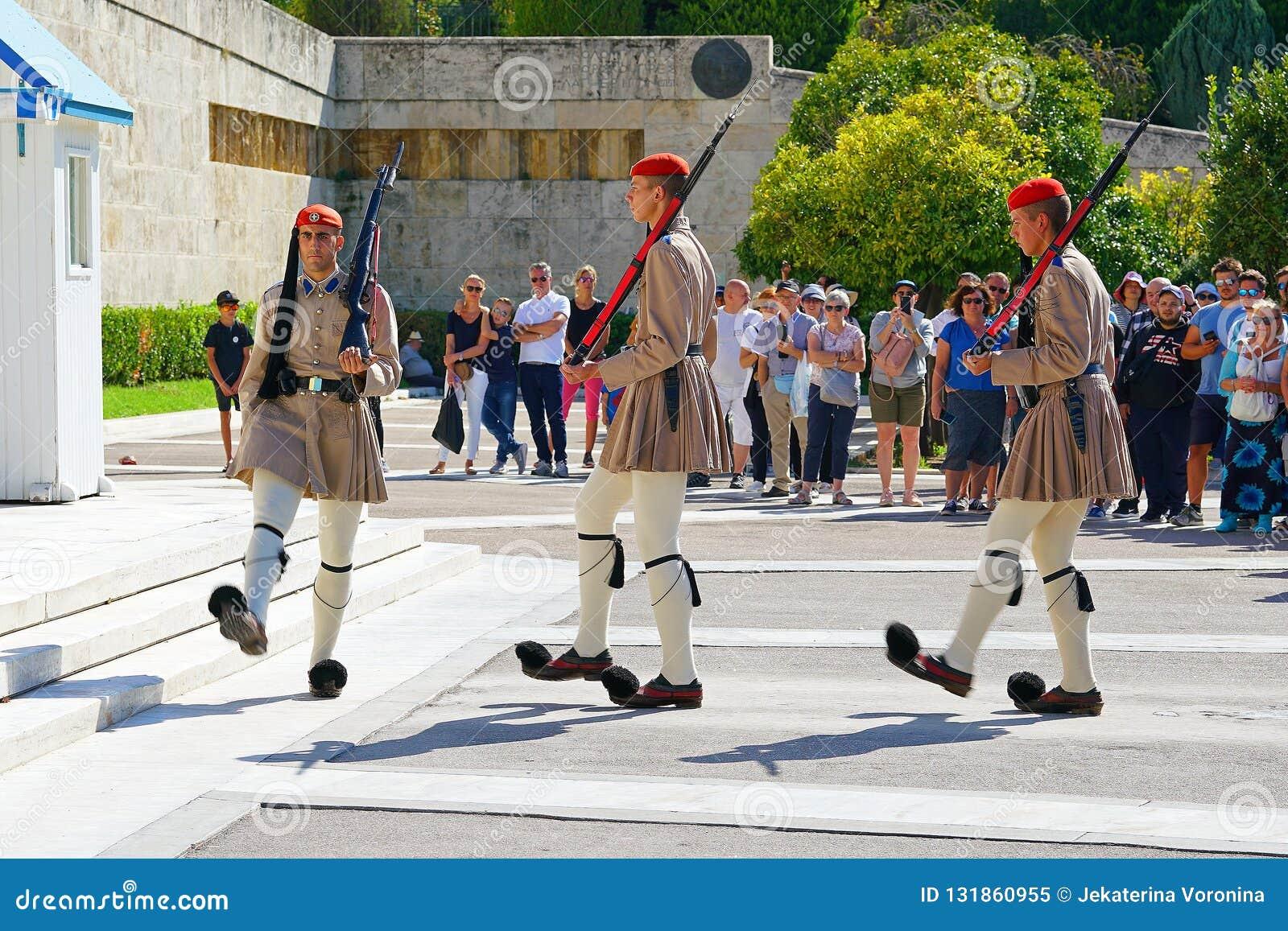 Atenas, Grécia - 6 de outubro de 2014 a mudança do protetor na frente da construção grega do parlamento em Atenas