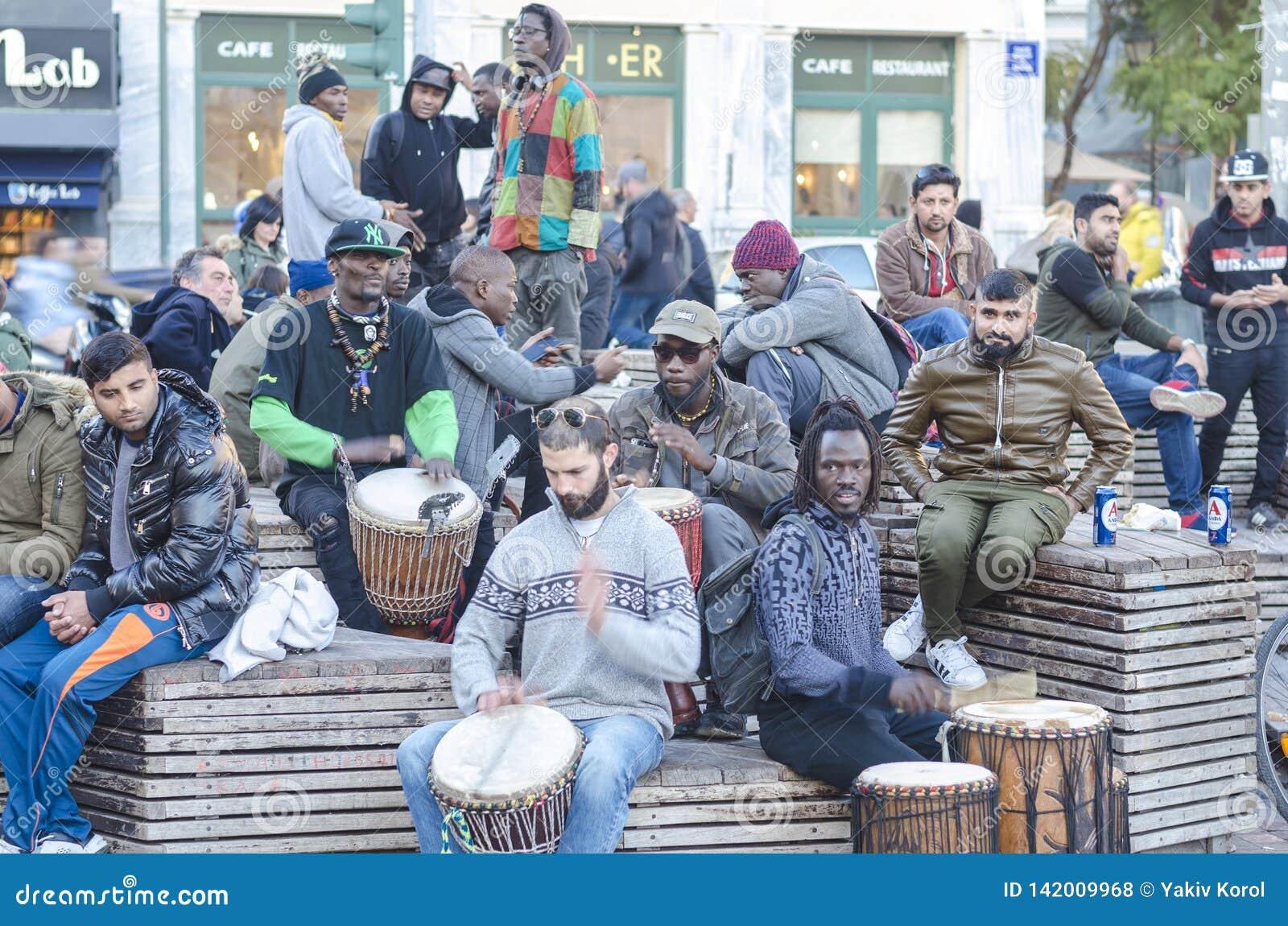 Atenas, Grecia/16 de diciembre 2018 africanos jovenes, individuos de los europeos que juegan los tambores en la ciudad Músicos de