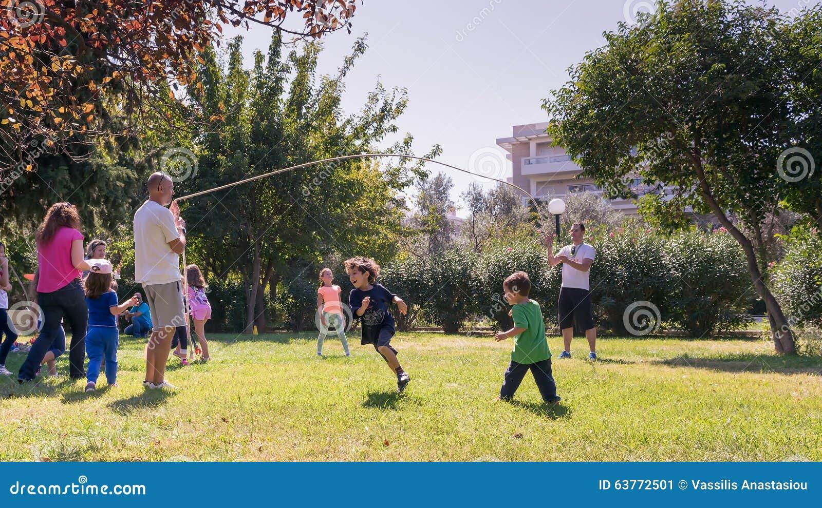 Atenas Grecia 4 De Octubre De 2015 Ninos Que Juegan En Viejos