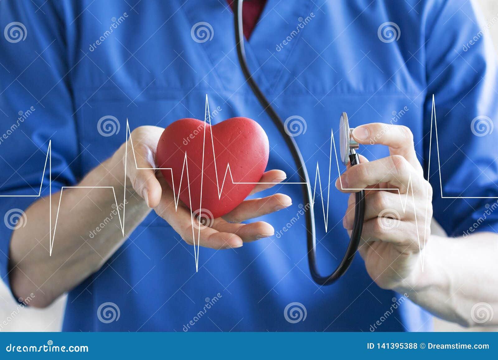 Atención sanitaria del pulso del corazón del botón que empuja del doctor en medicina virtual del panel de Internet
