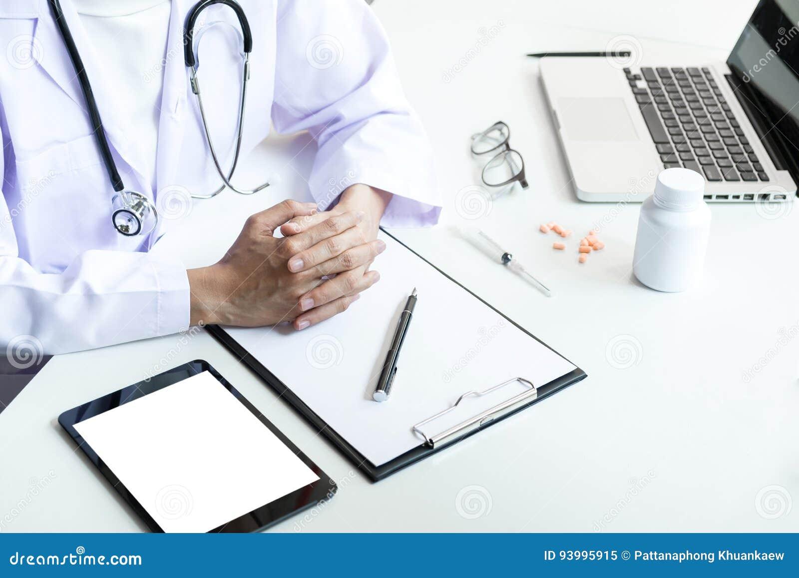 347b4f454 Atención sanitaria y concepto médico, control femenino de la mano del  doctor del clip
