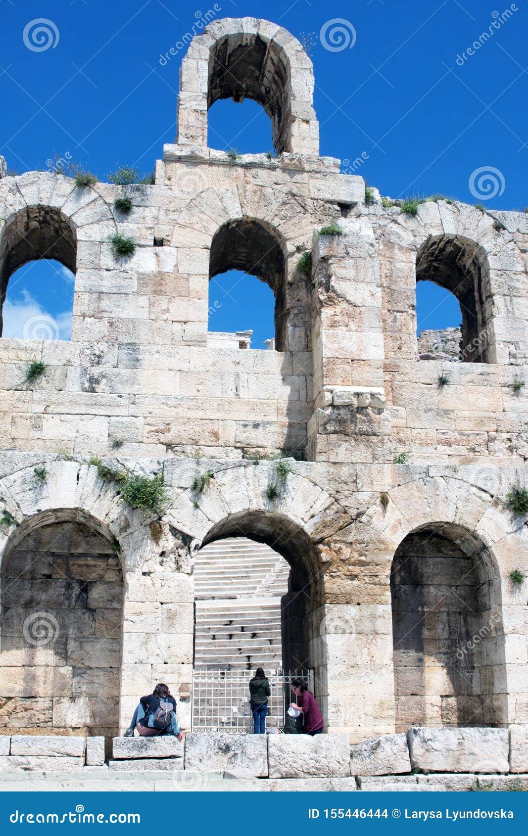 Atene, Grecia, aprile 2019 Teatro di pietra antico con i punti di marmo del Odeon dell attico di Herodes sul pendio del sud di A