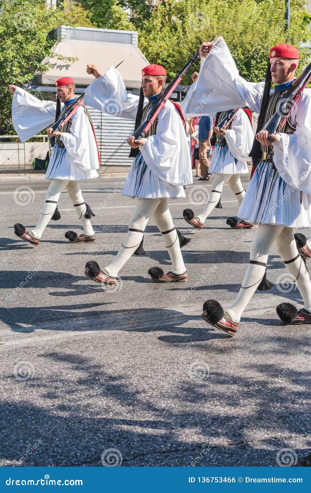 ATENY GRECJA, WRZESIEŃ, - 16, 2018: Evzones - dziejowa elita jednostka Grecki wojsko który chroni Greckiego grobowa