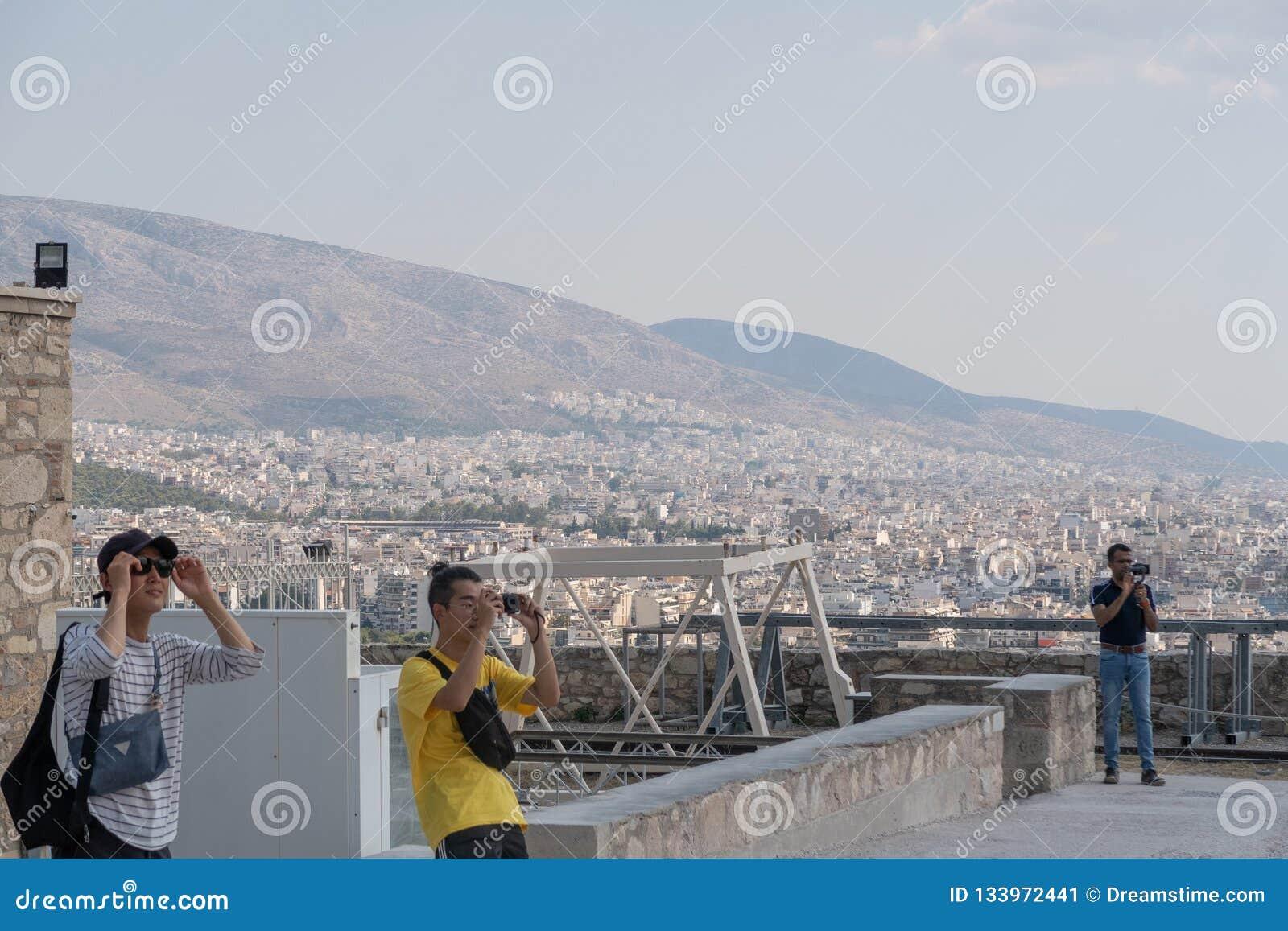 ATENY GRECJA, WRZESIEŃ, - 16, 2018: Grupa turystów podróżować