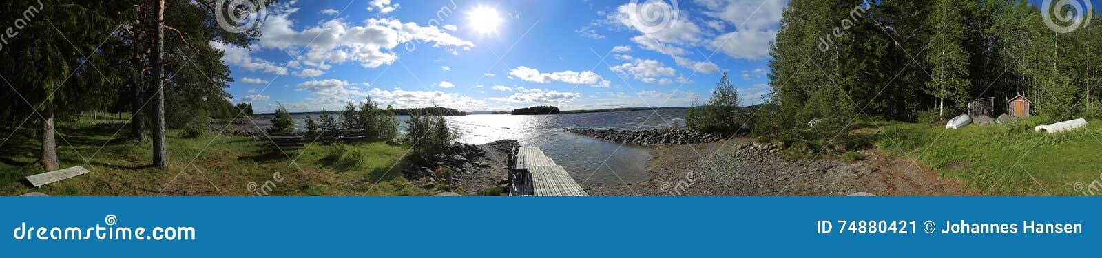Aterrando e banhando o panorama do lugar na ilha Oehn no lago sueco Stroems Vattudal