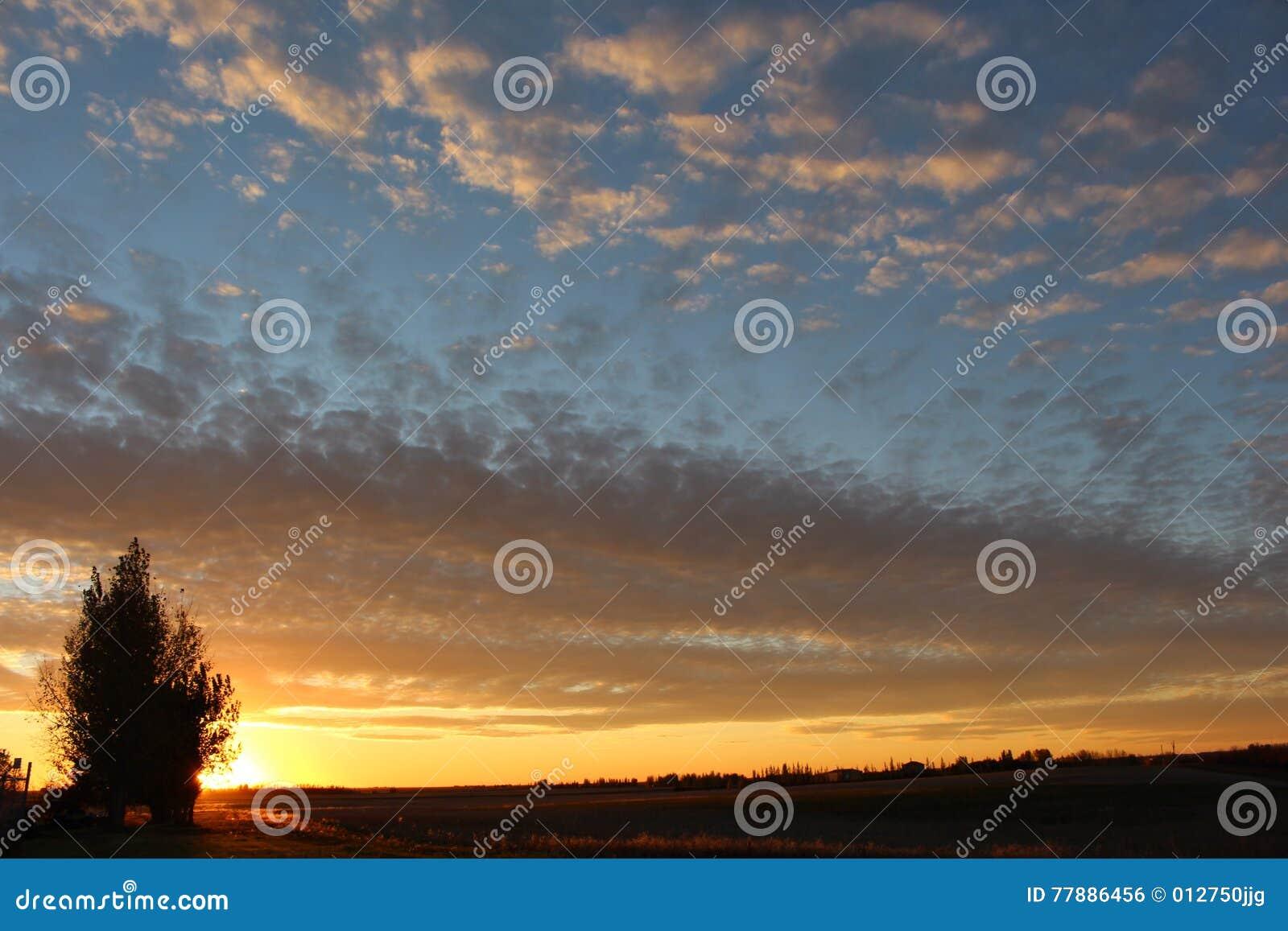 Aterrice Si Puesta Del Sol De Vida De Saskatchewan De Los Cielos Foto de archivo