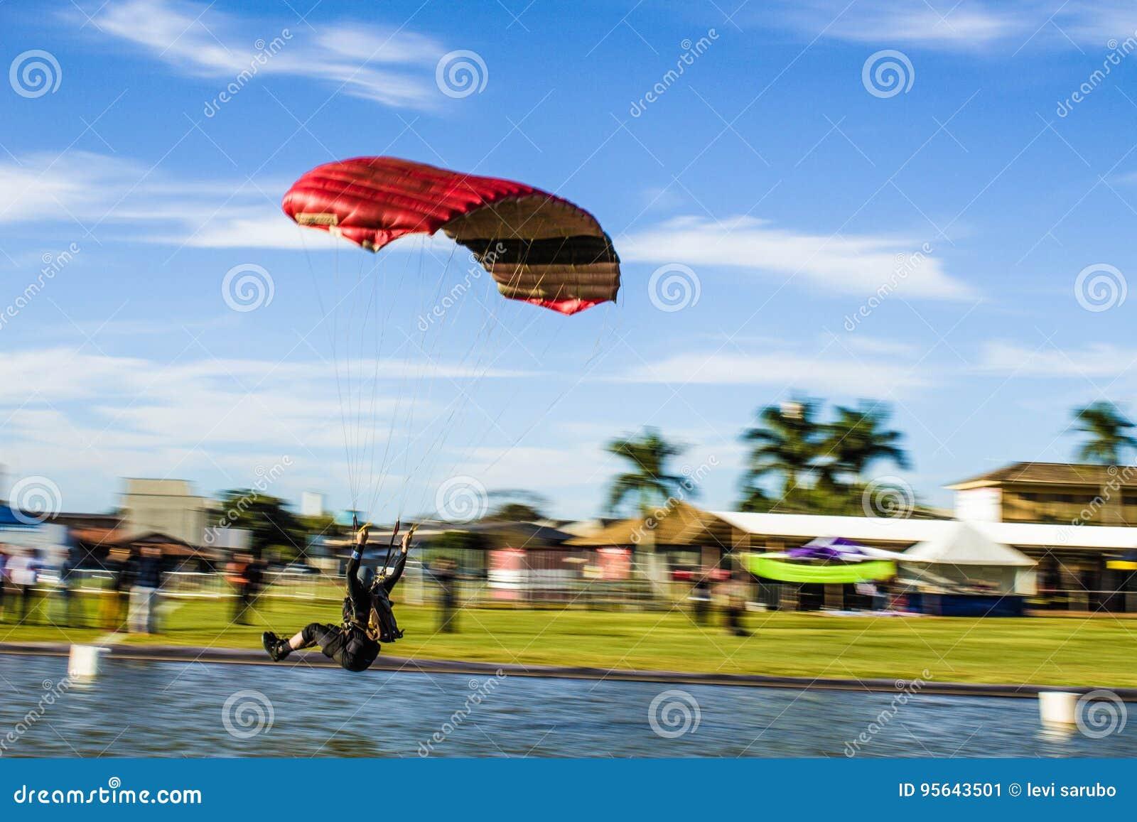 Aterrissagem do paraquedas na água