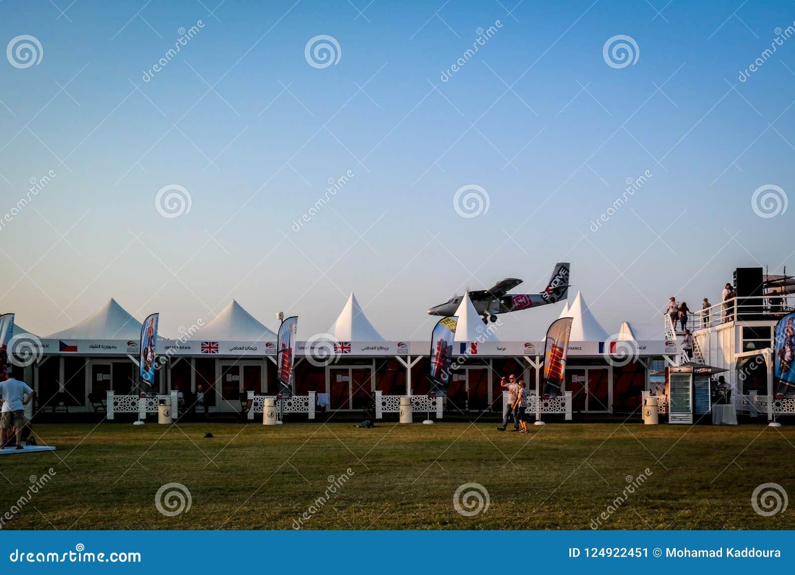 Aterrissagem do plano de Dubai Marina SkyDive após ter deixado cair parachuters