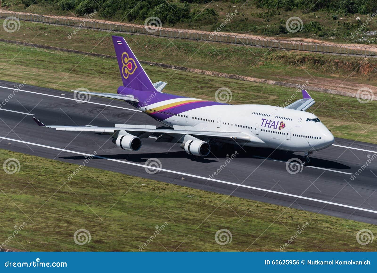 Aterrizaje de aeroplano de Thai Airways en phuket