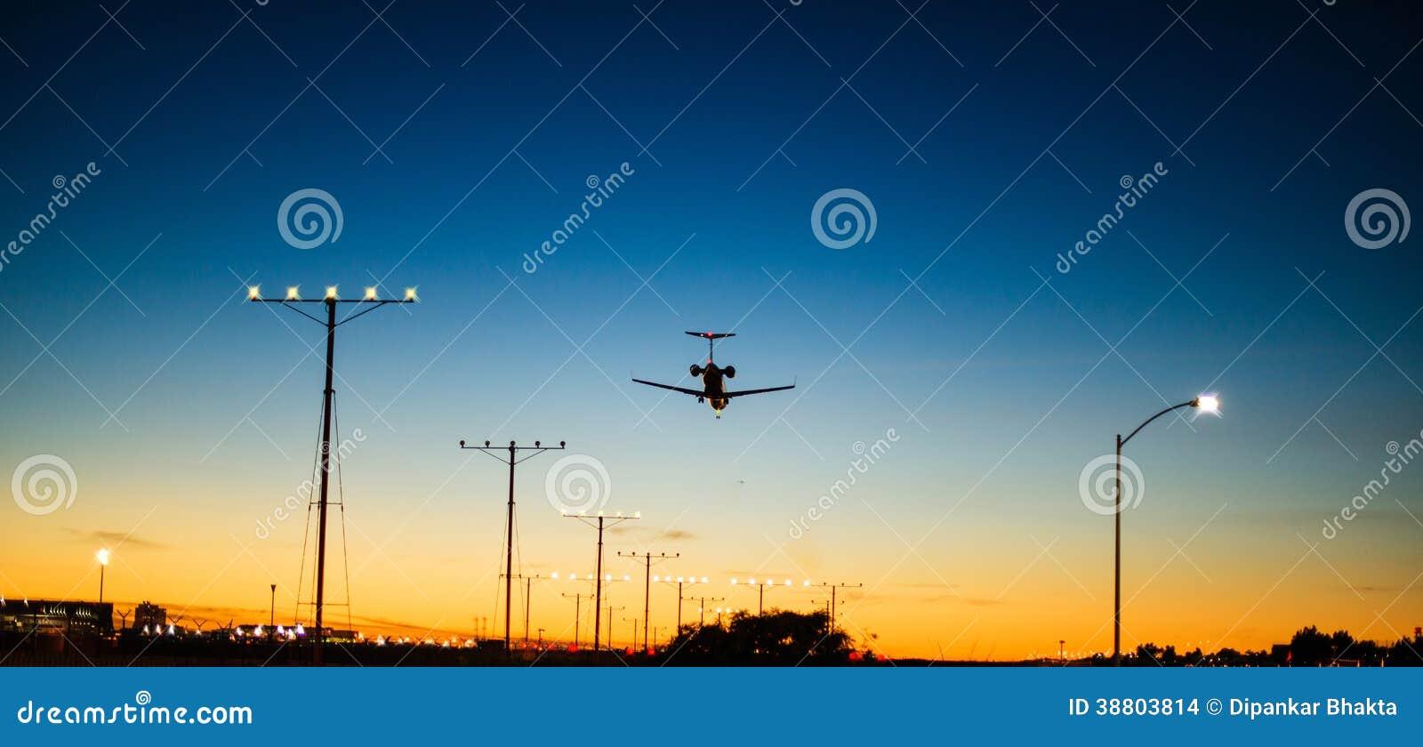 Aterrizaje de aeroplano durante amanecer momentos antes de la salida del sol