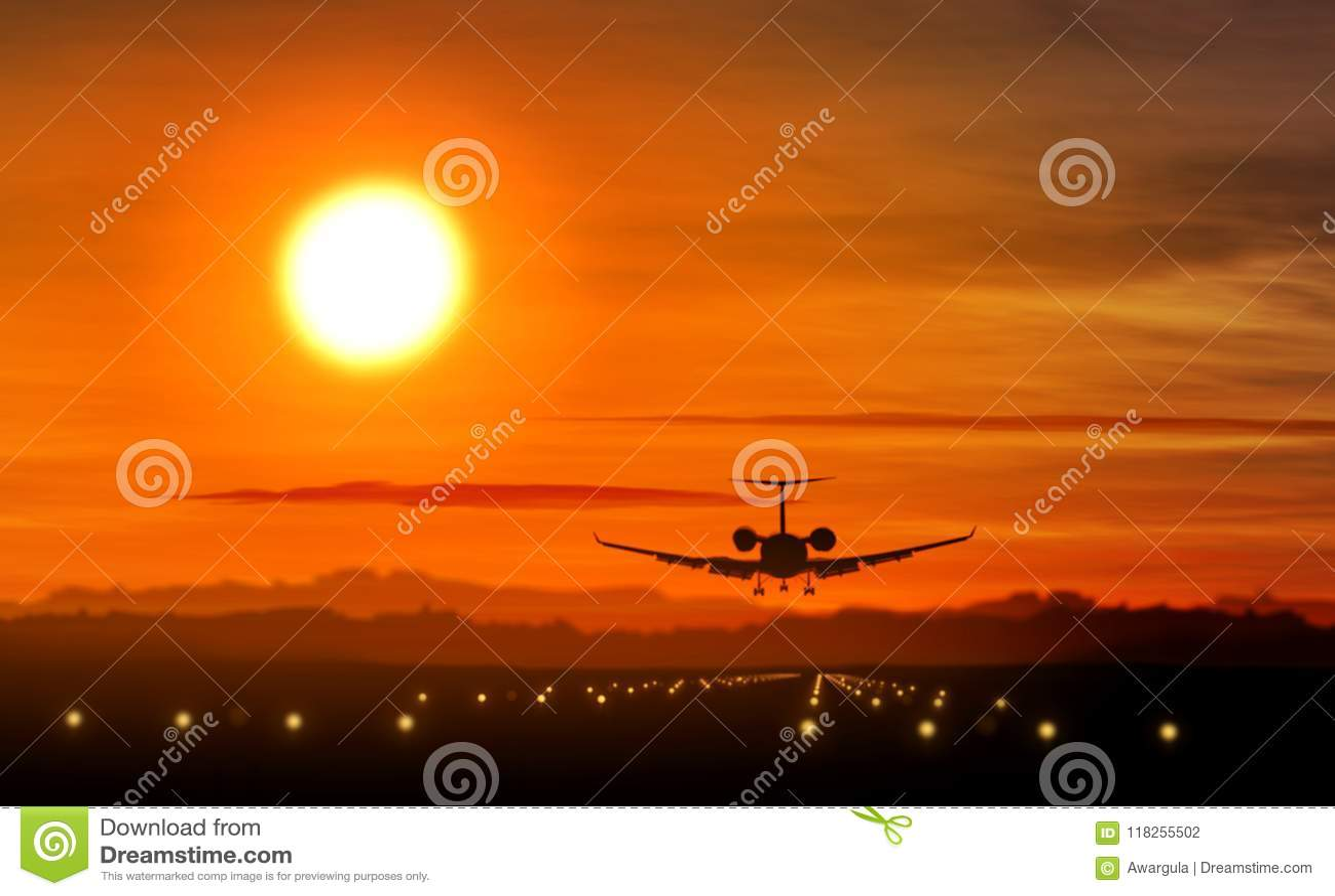 Aterrizaje de aeroplano - silueta del jet privado en puesta del sol