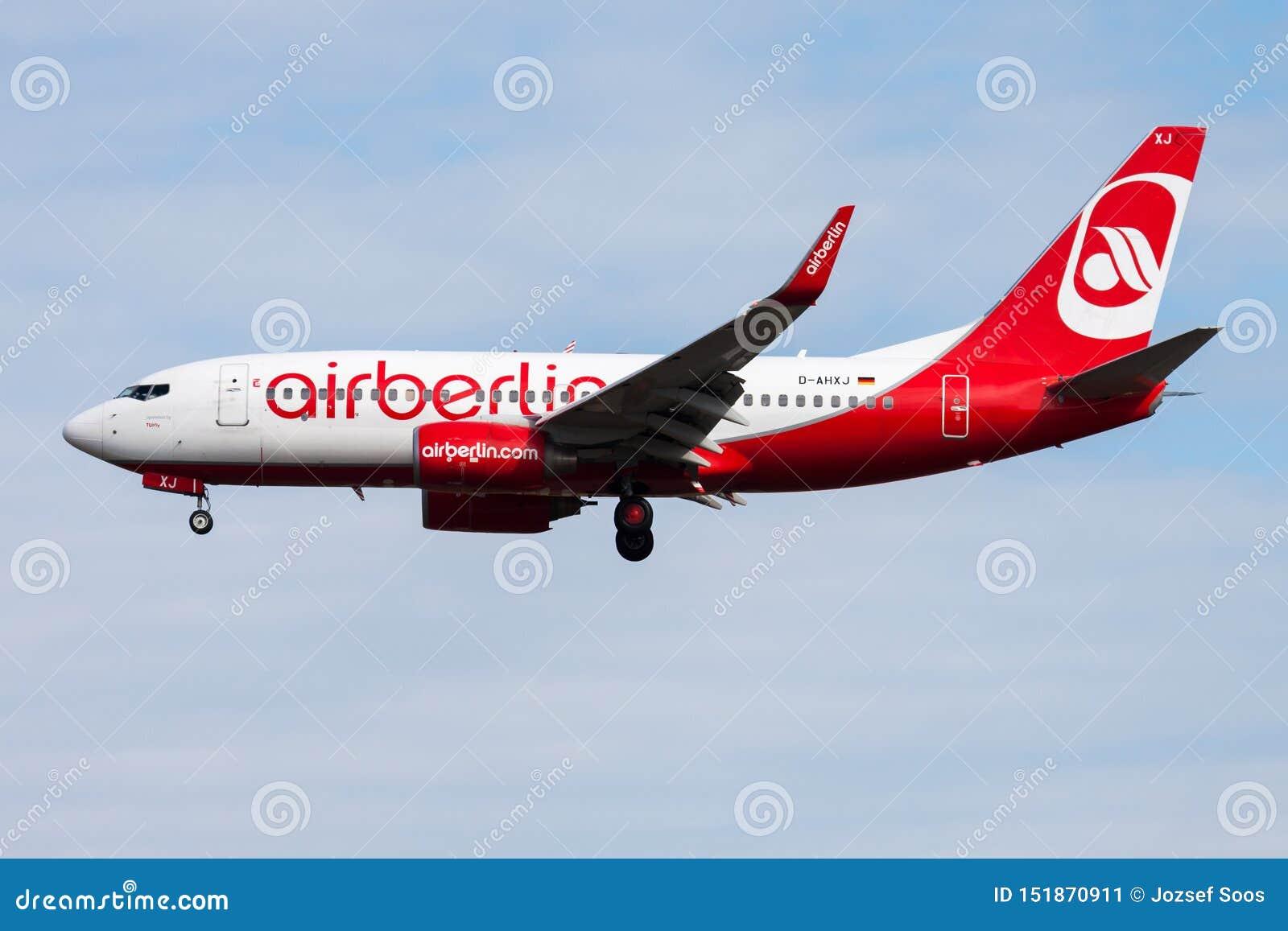 Aterrizaje del avión de pasajeros de Berlin Boeing 737-700 D-AHXJ del aire en el aeropuerto de Francfort