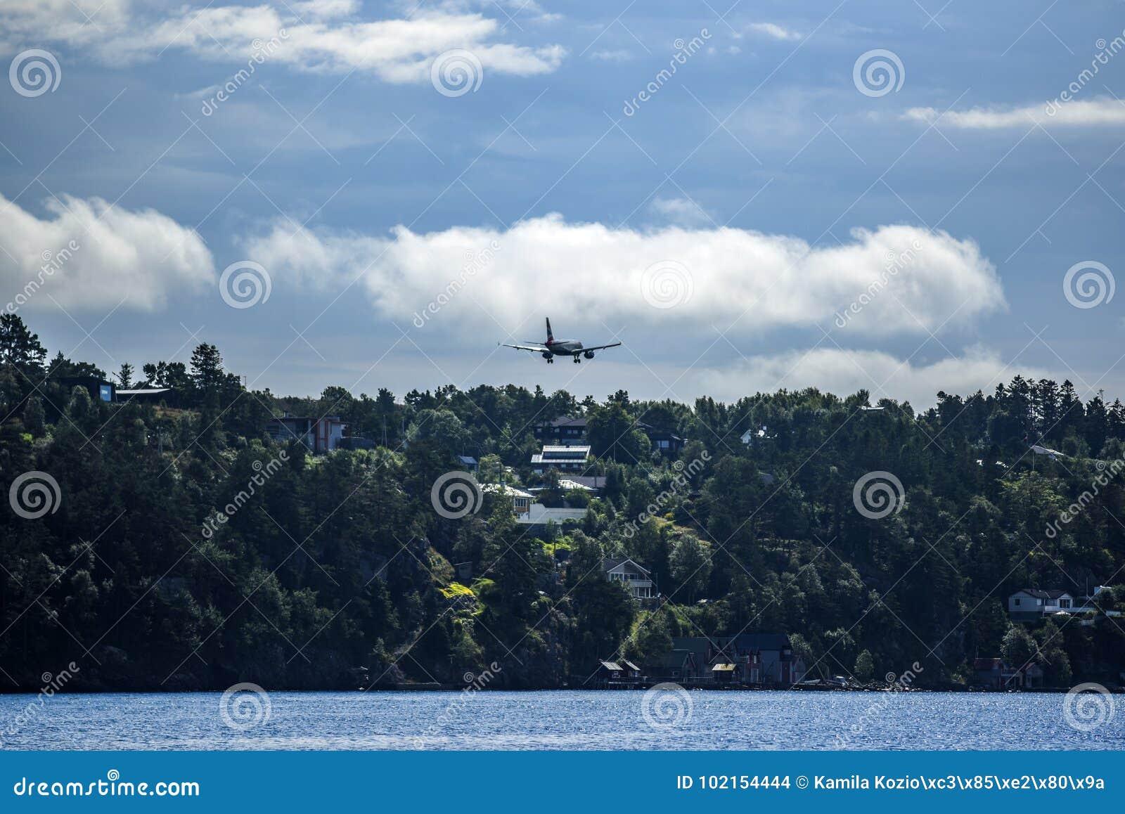 Aterrizaje inminente del aeroplano, Bergen Airport, Noruega