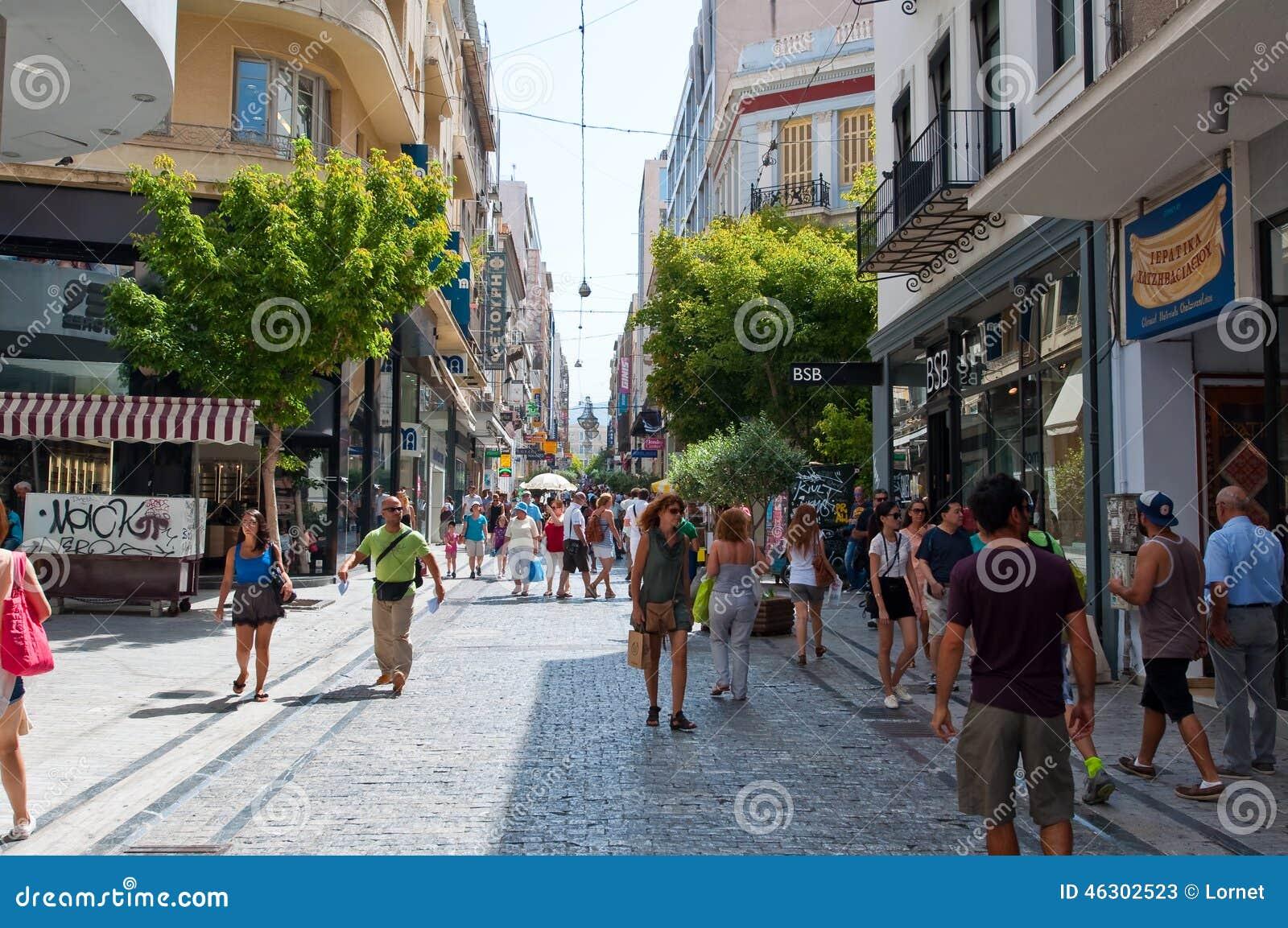 ATHÈNES 22 AOÛT : Faisant des emplettes sur la rue d Ermou pendant le matin le 22 août 2014 à Athènes, la Grèce