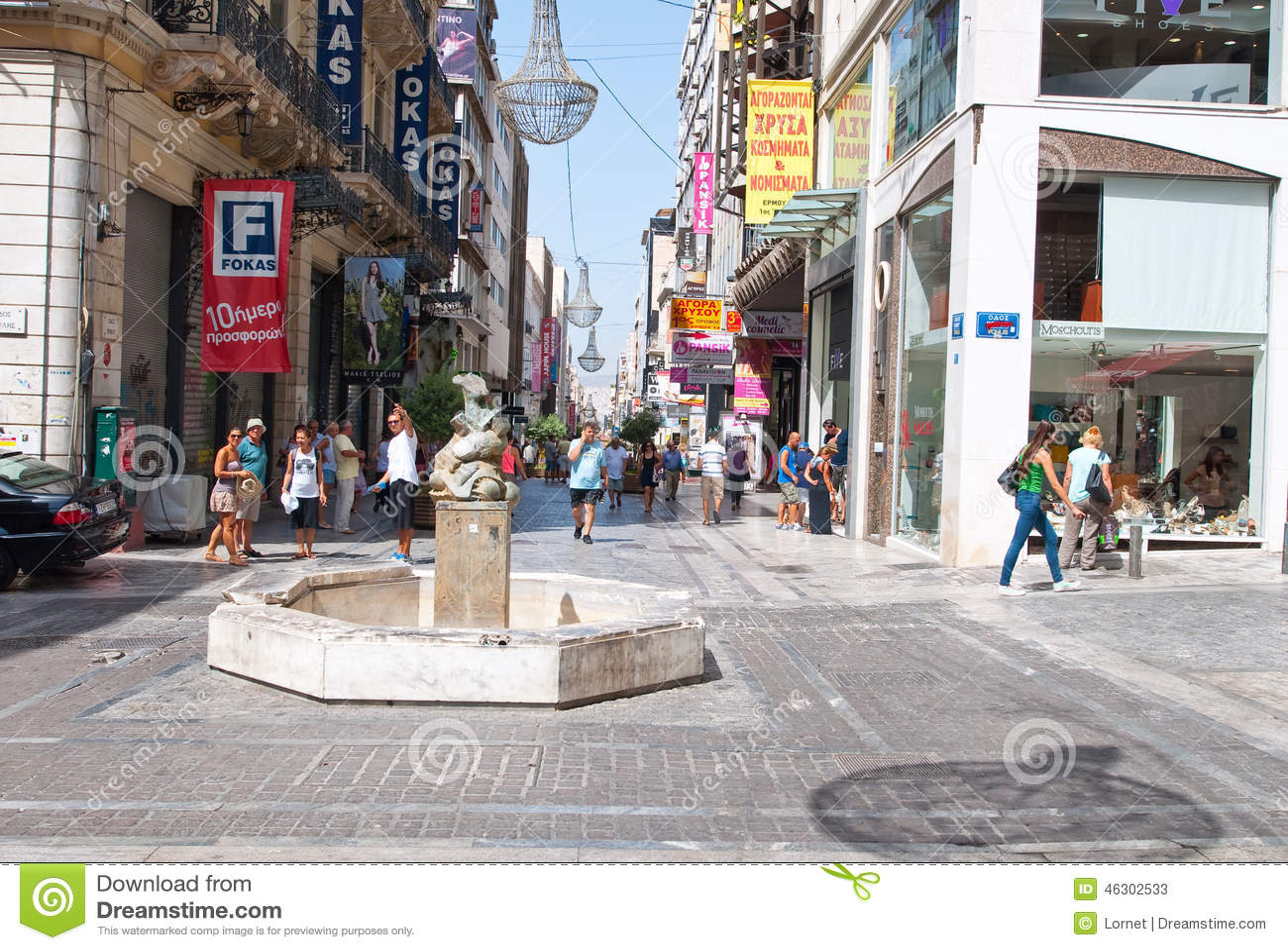 ATHENS-AUGUST 22 :购物在有顾客人群的Ermou街上2014年8月22日的在雅典,希腊