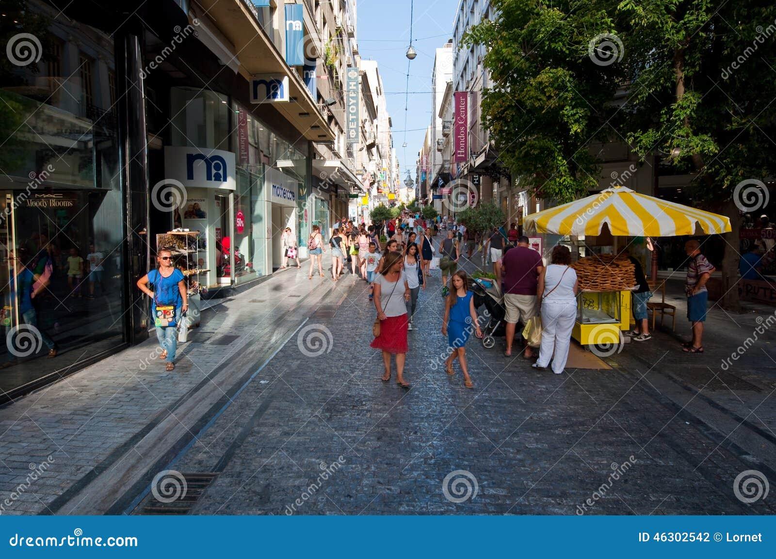 ATHENS-AUGUST 22: Robiący zakupy na Ermou ulicie z tłumem ludzie na Sierpień 22, 2014 w Ateny, Grecja