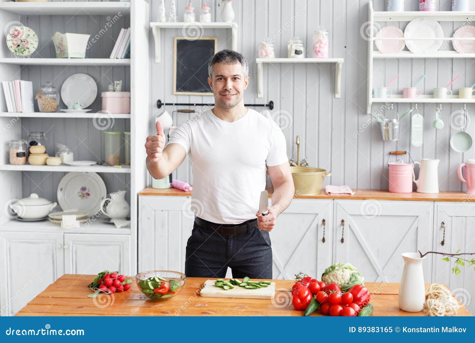 Athlète d une cinquantaine d années, salade de légumes de coupes de concombre et tomate Nourriture végétarienne