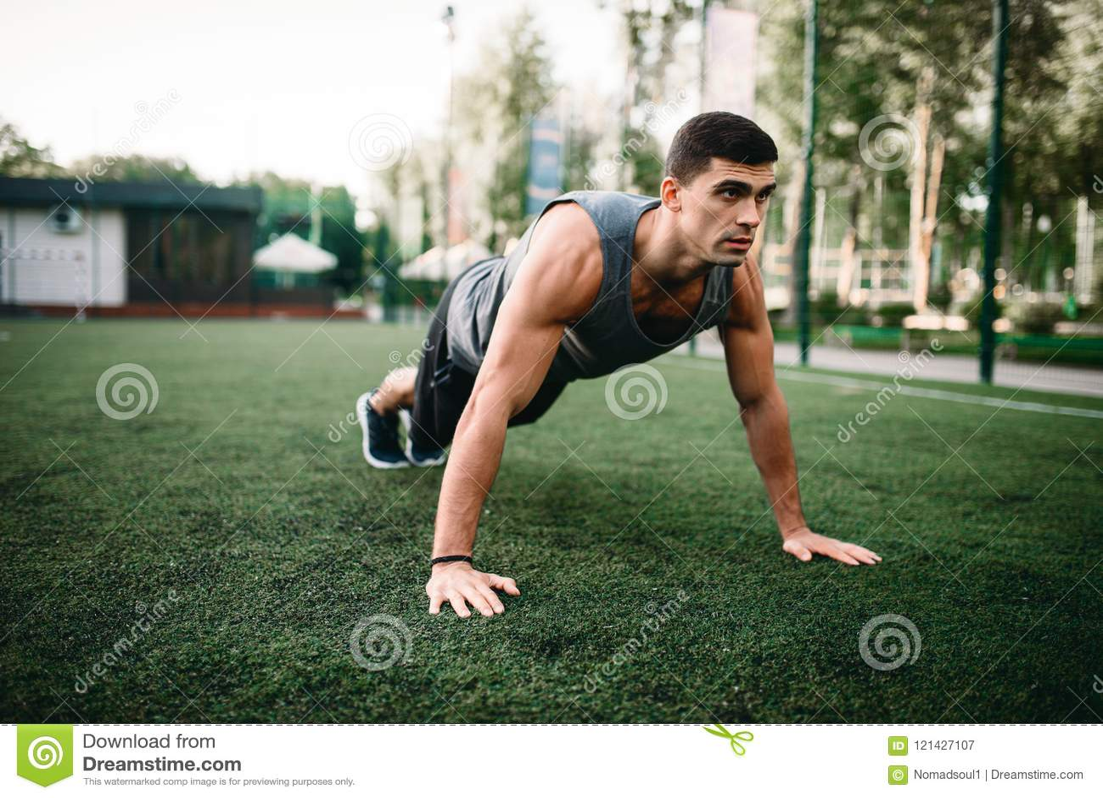 Athlète faisant l exercice de pompe sur la séance d entraînement extérieure
