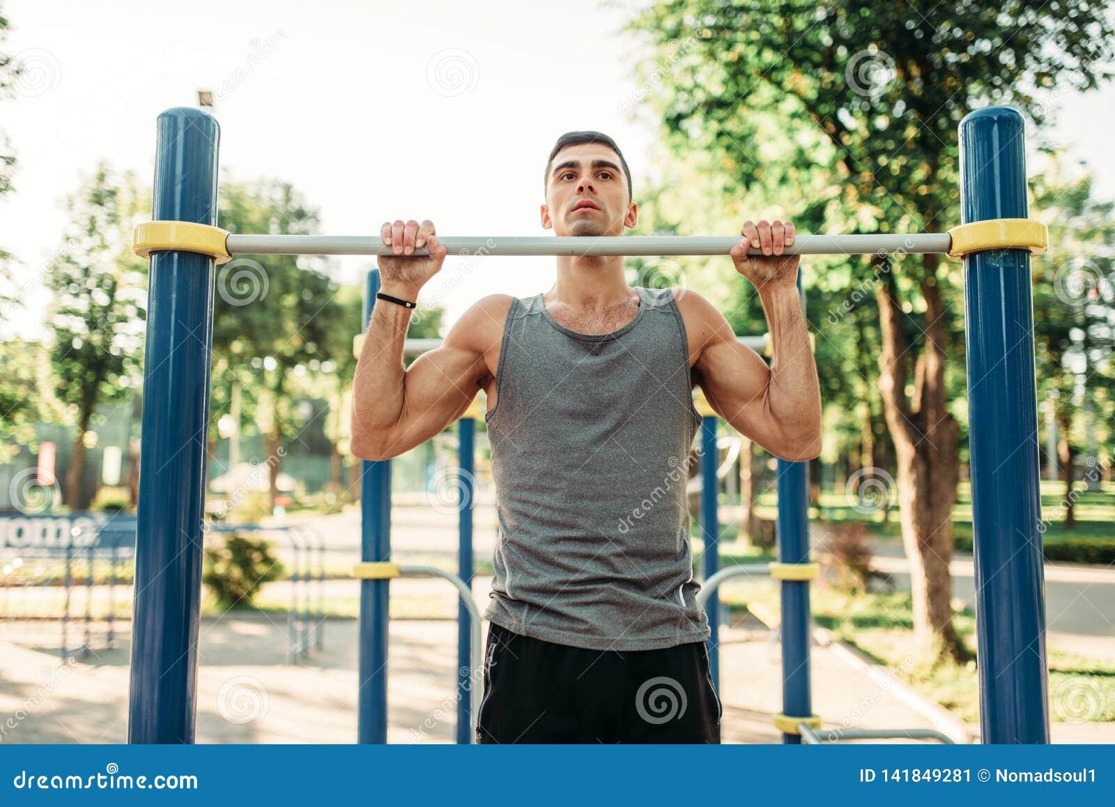 Athlète faisant l exercice sur la barre horizontale extérieure