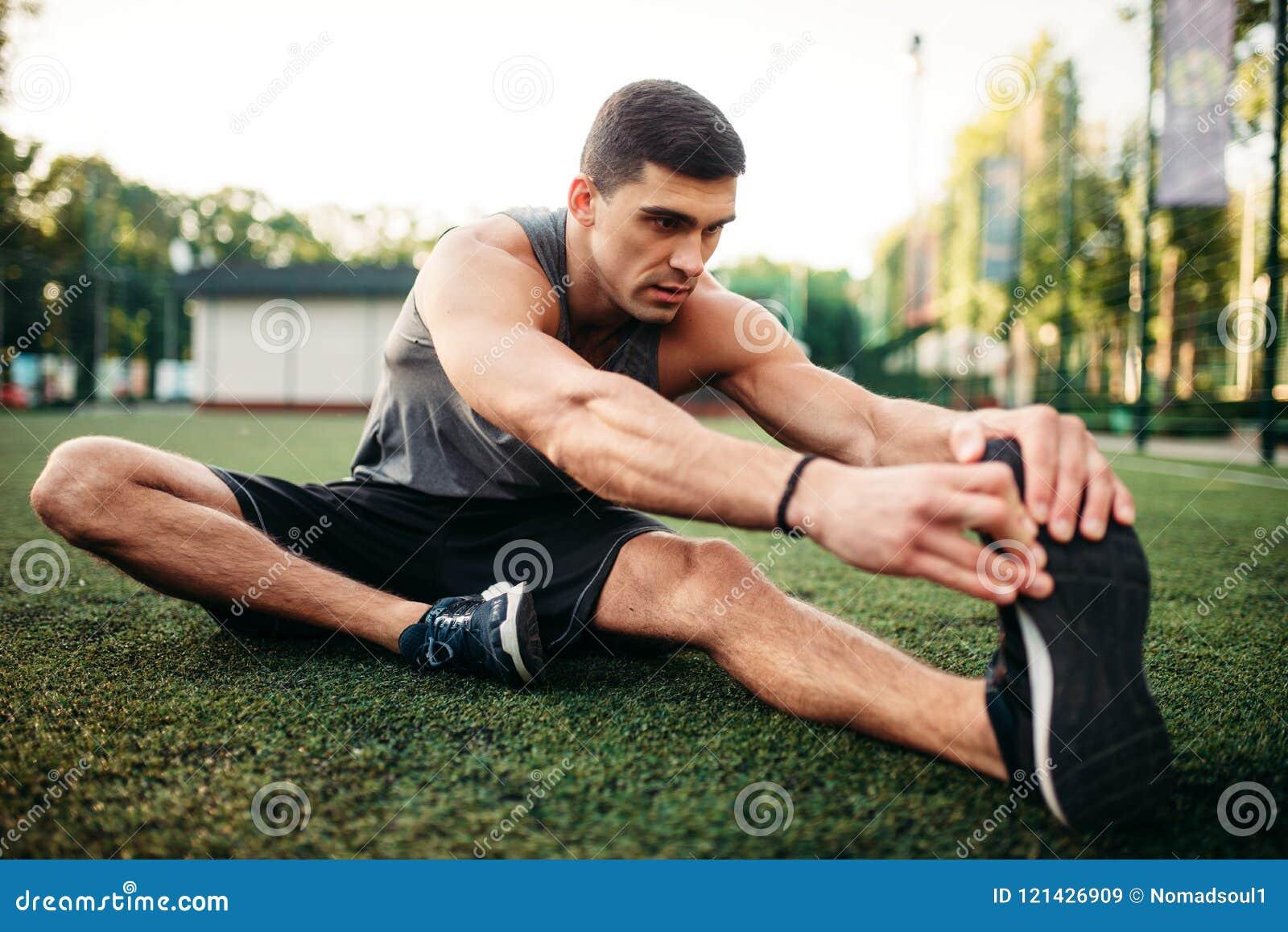 Athlète masculin sur la séance d entraînement extérieure de forme physique