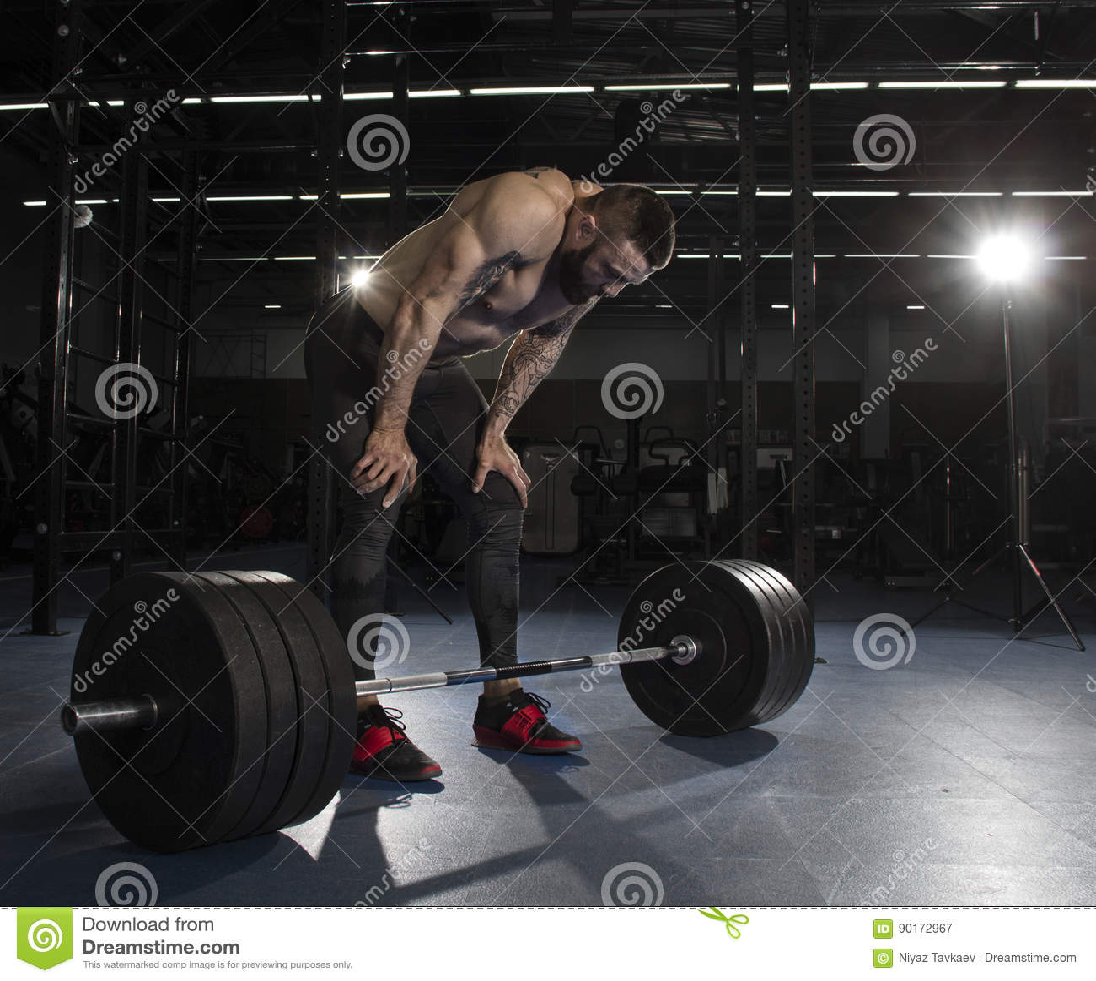 Athlète sans chemise musculaire attirant faisant la pause du heav