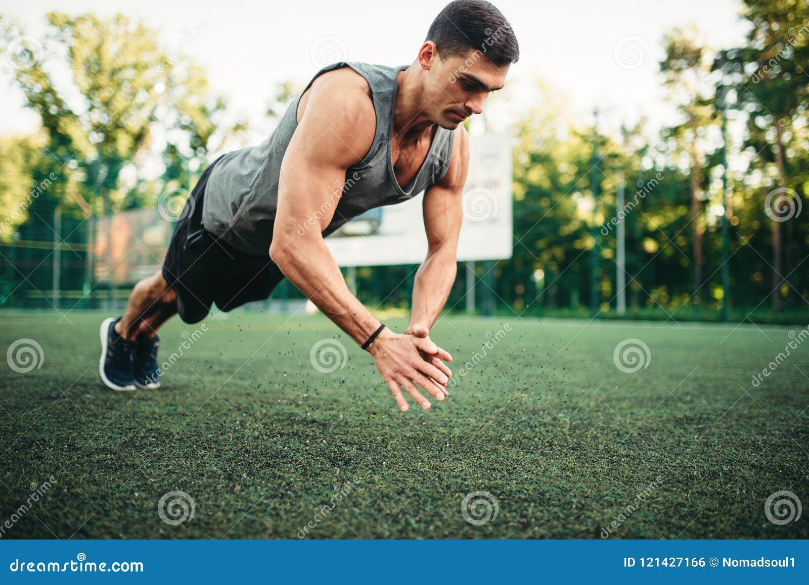 Athlète sur la formation, exercice de pompe dans l action
