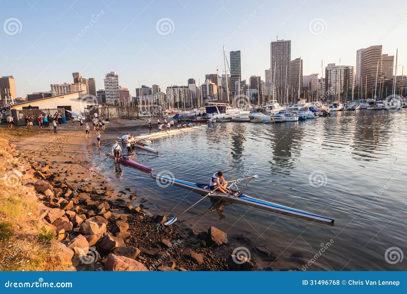 Athlètes de cale ramant la régate de canoës