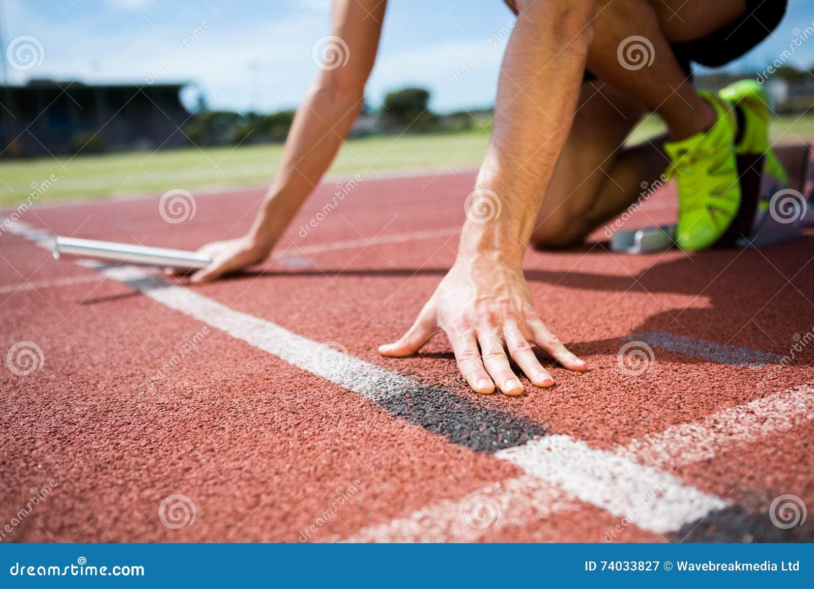Athlet bereit, den Staffellauf zu beginnen
