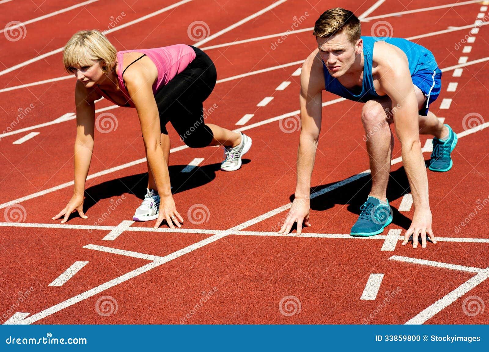 Athleten an Anfangszeile auf Rennstrecke