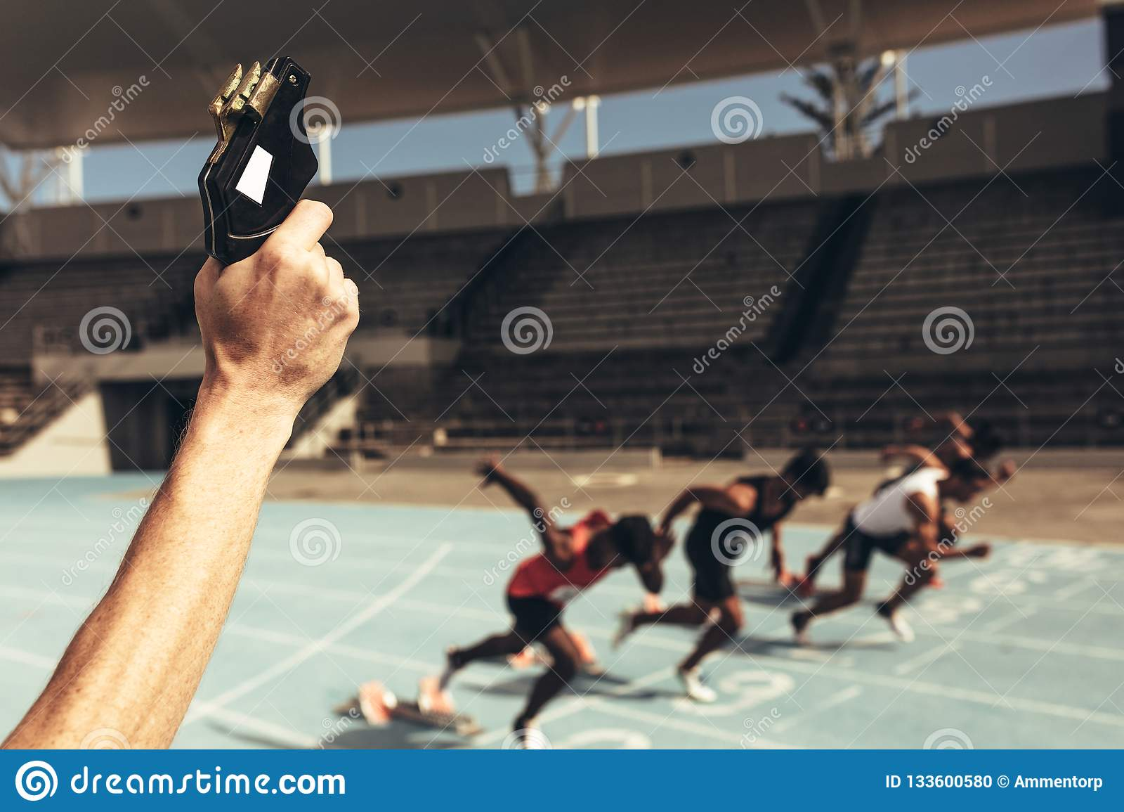 Athleten, die ein Rennen in einem Leichtathletikstadion laufen lassen