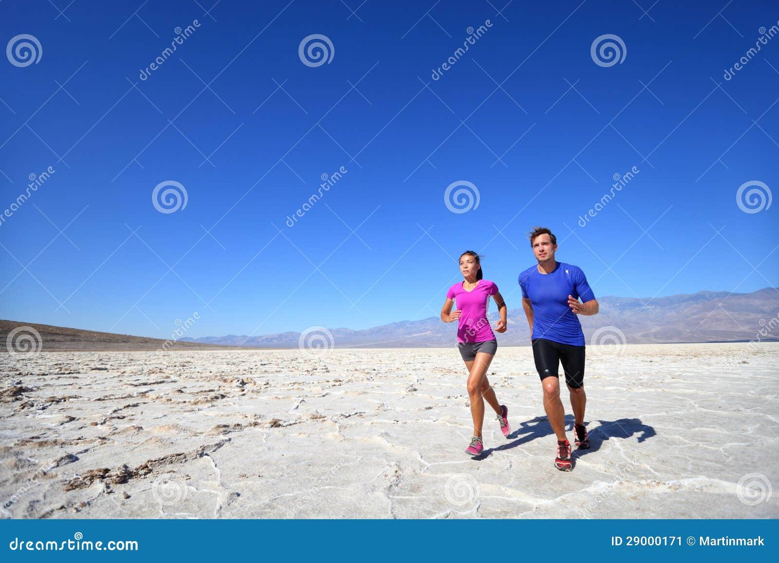 Athleten, welche die Sporteignungspaare im Freien laufen lassen