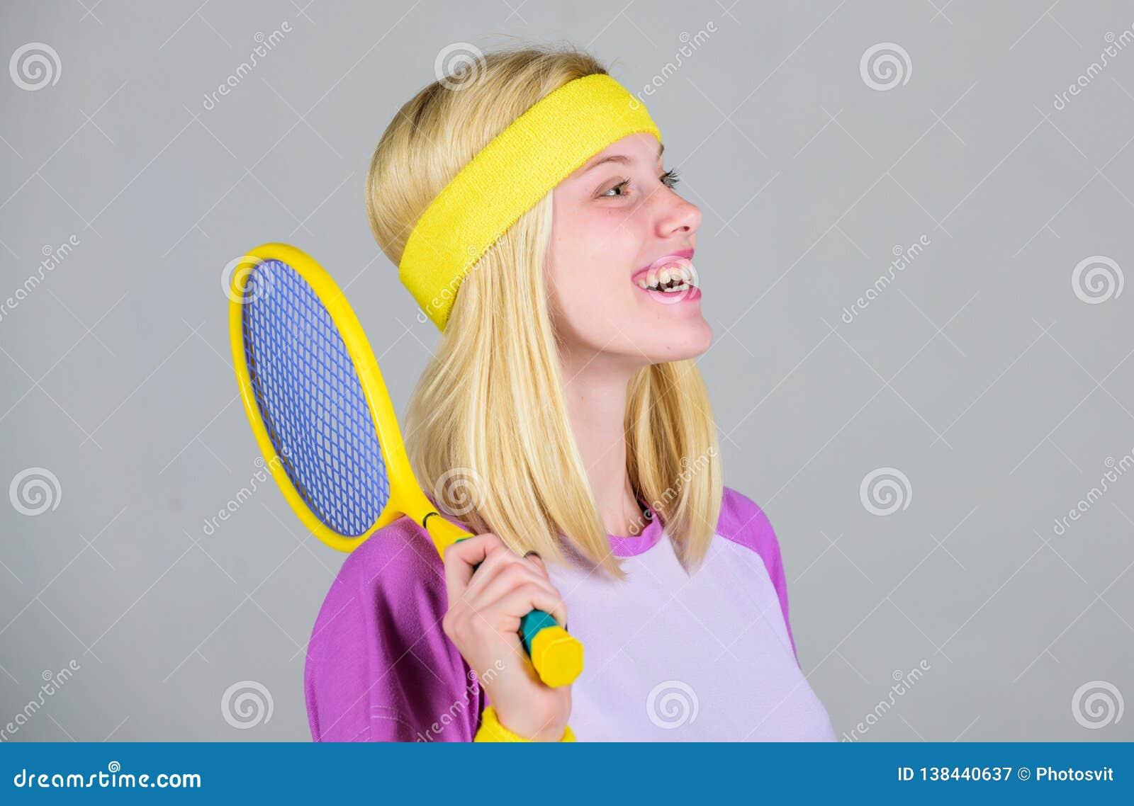Athletengriff-Tennisschläger in der Hand Tennisvereinkonzept Aktive Freizeit und Liebhaberei Tennissport und -unterhaltung Mädche
