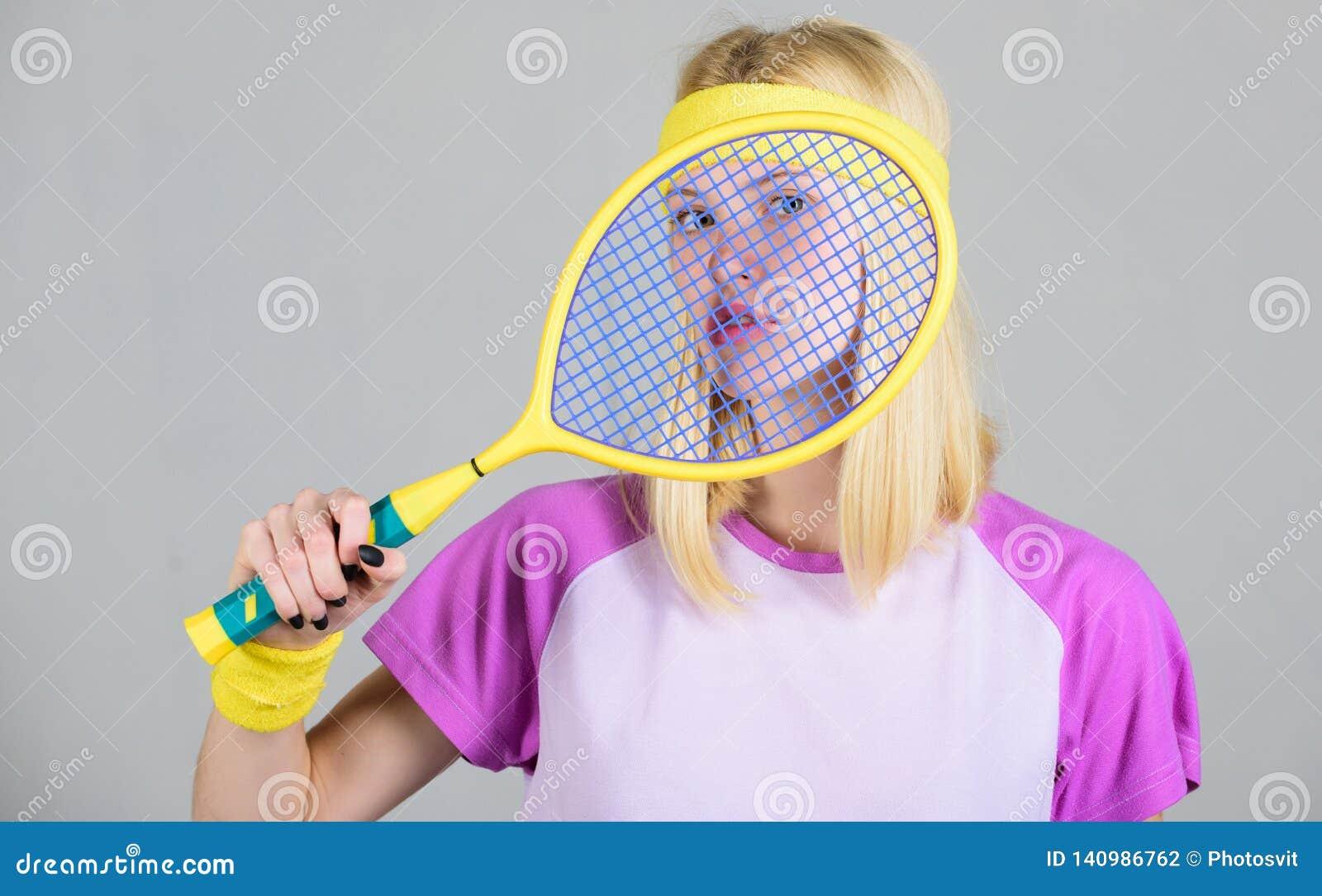 Athletengriff-Tennisschläger in der Hand Tennisvereinkonzept Tennissport und -unterhaltung Aktive Freizeit und Liebhaberei Mädche