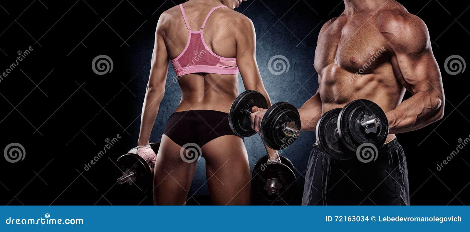 Athletische Paarhaltungen für die Kamera